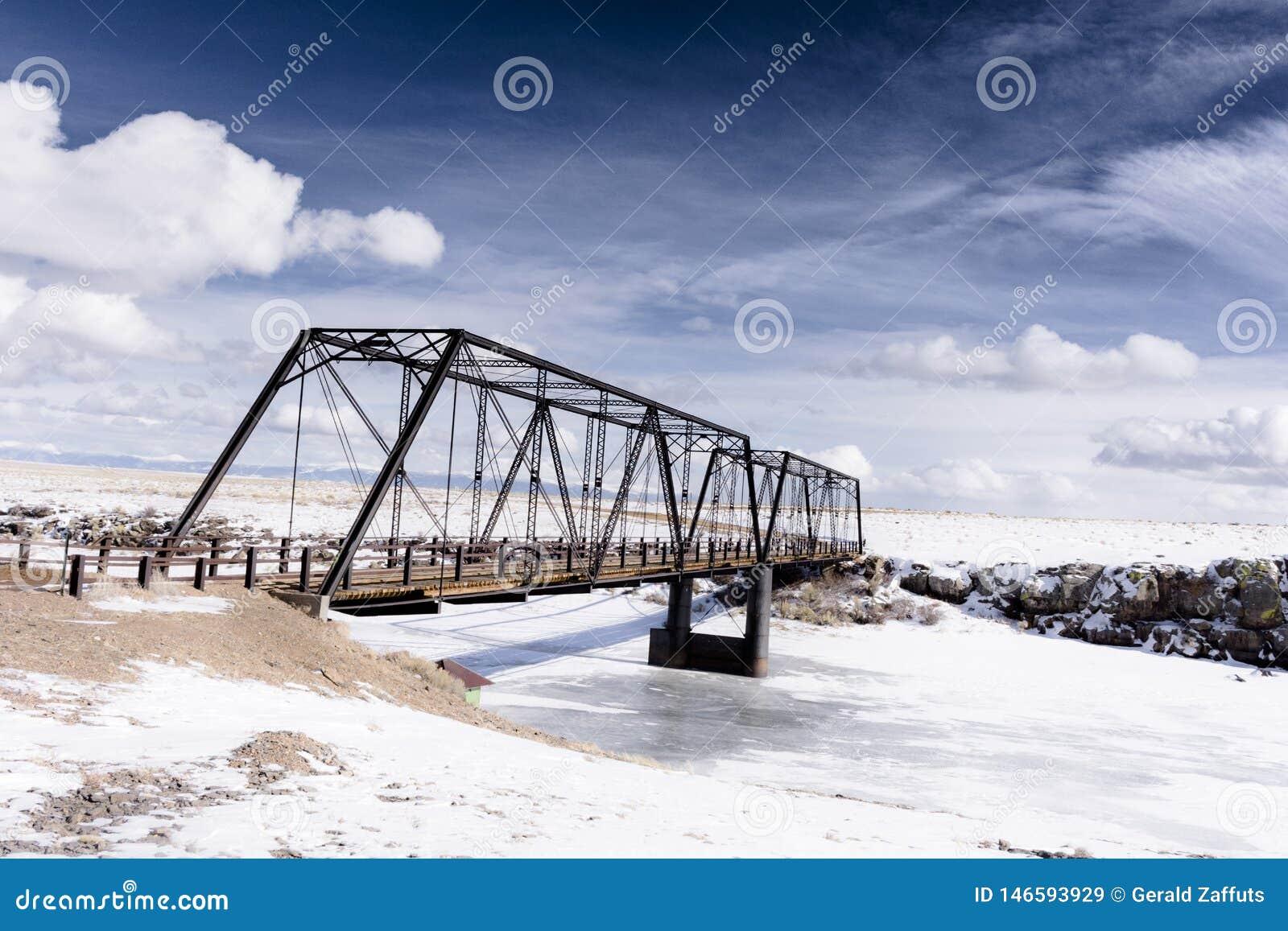 Gammal järnbro på colorado de höga slättarna