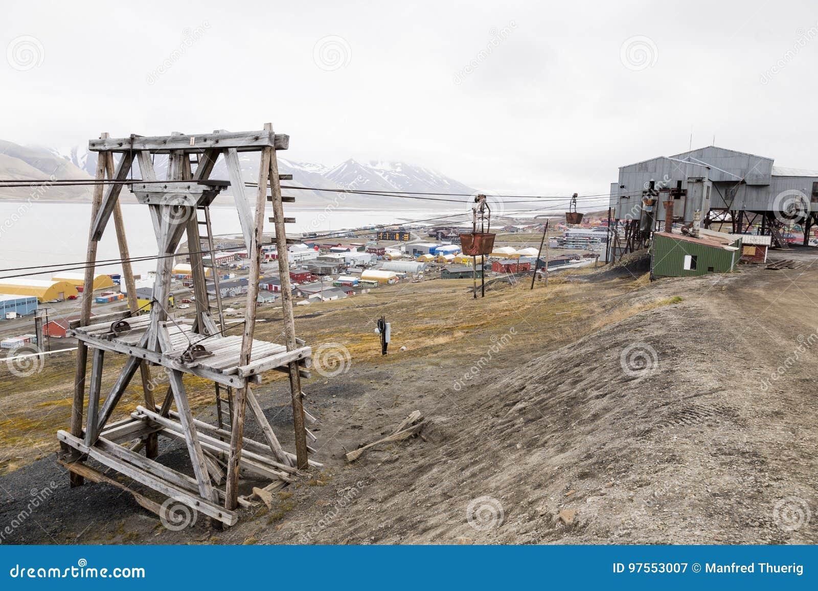 Gammal kabelbil för koltrans. i Longyearbyen, Spitsberg