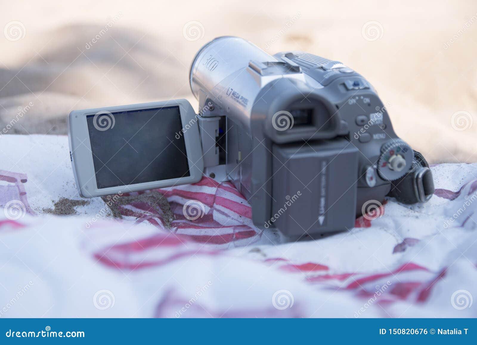 Gammal kamera på stranden på en sommardag
