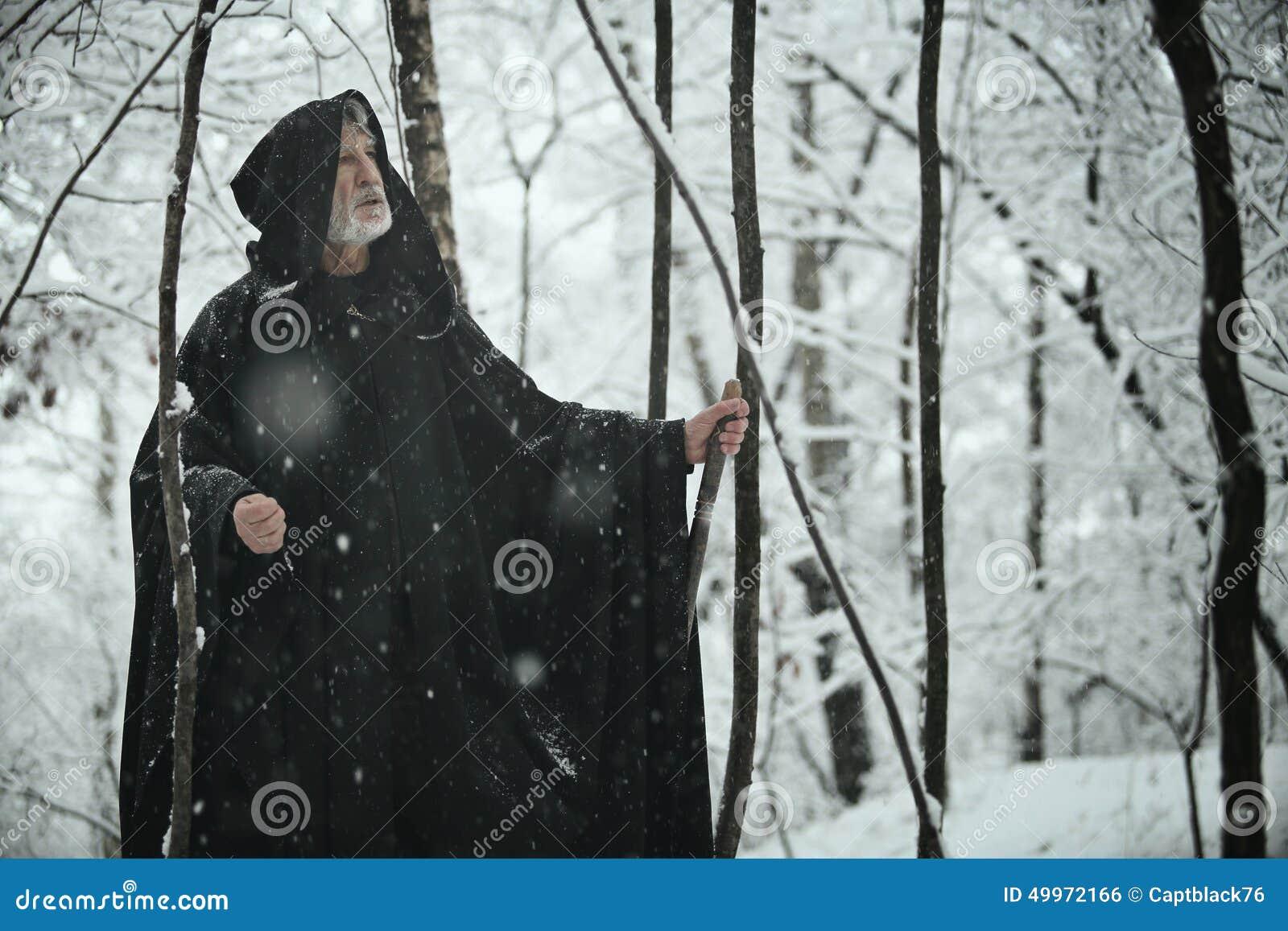 Gammal klok man i mörk skog