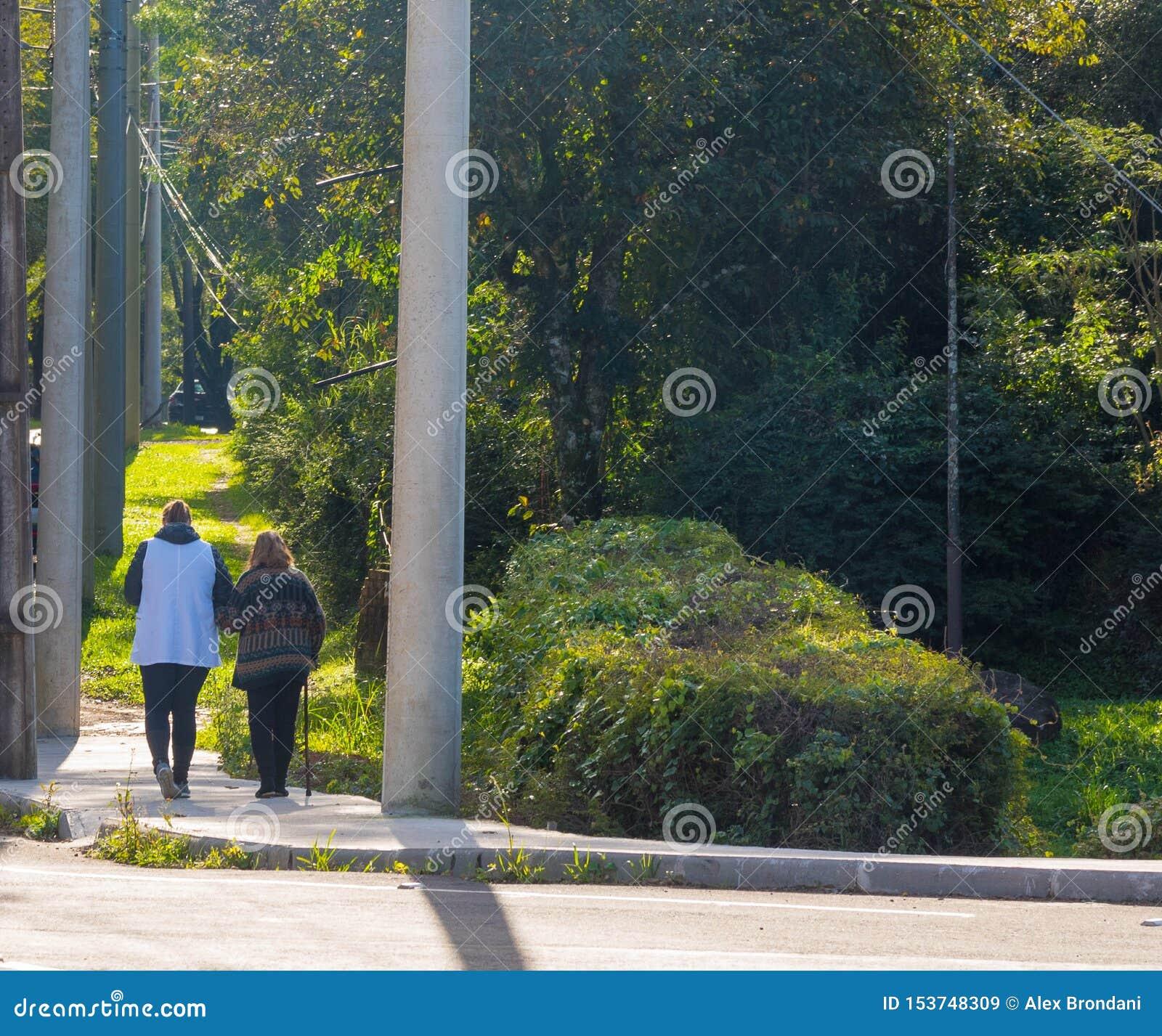 Gammal kvinna och henne morgonpromenaden 02