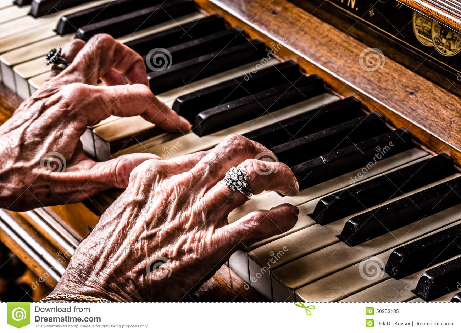 Gammal kvinna som spelar pianocloseupen