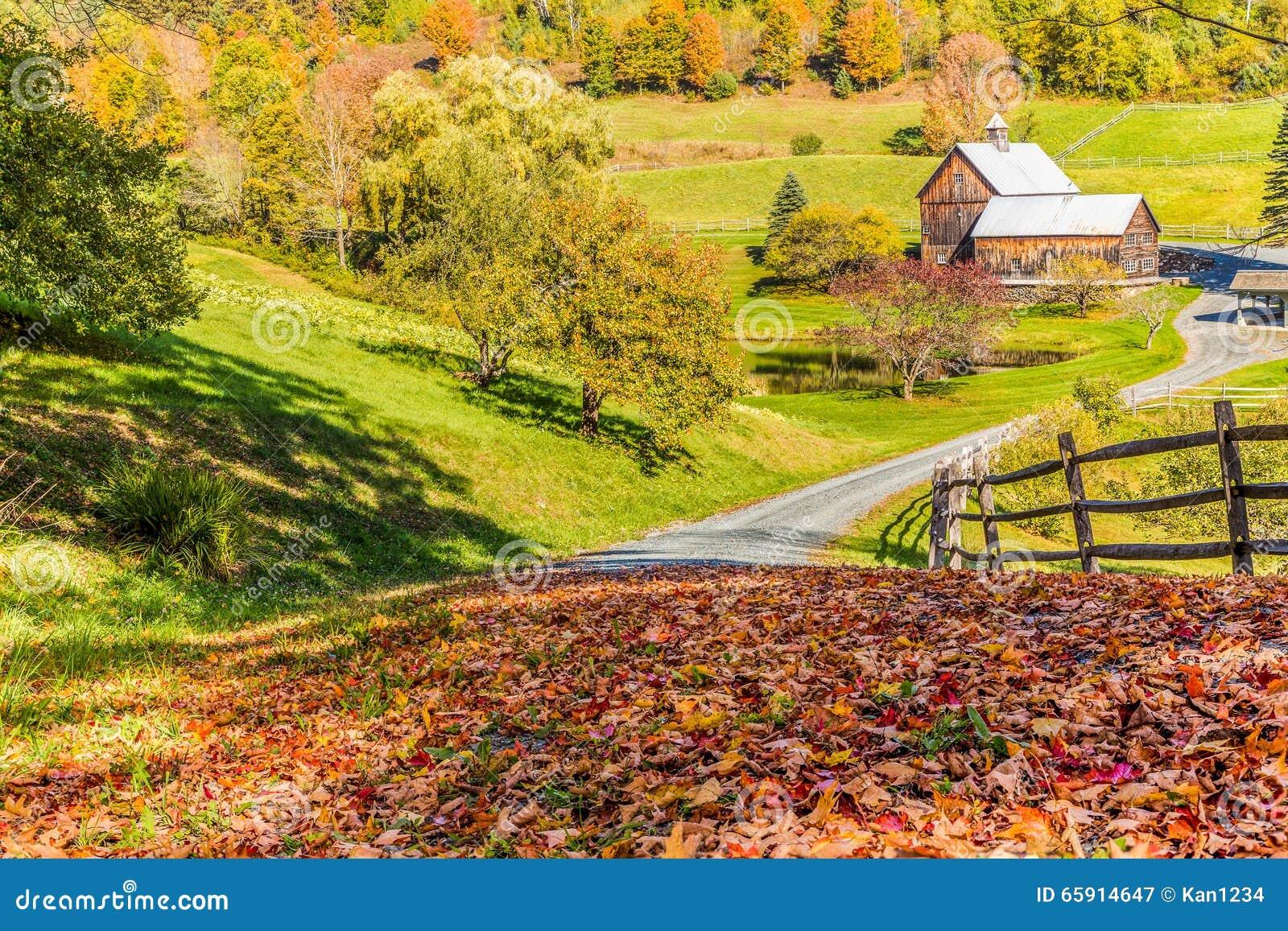 Gammal ladugård i härligt Vermont höstlandskap