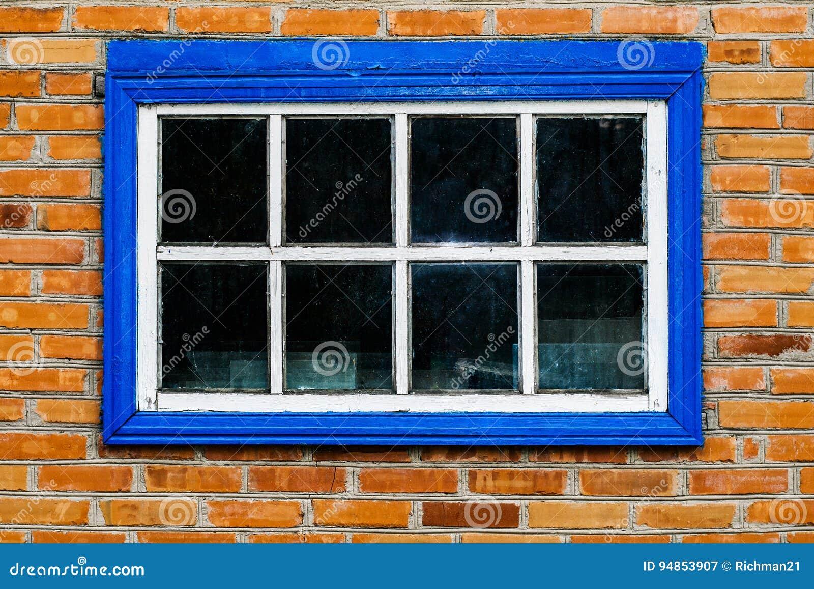 Gammal ladugård med tappningett träfönster