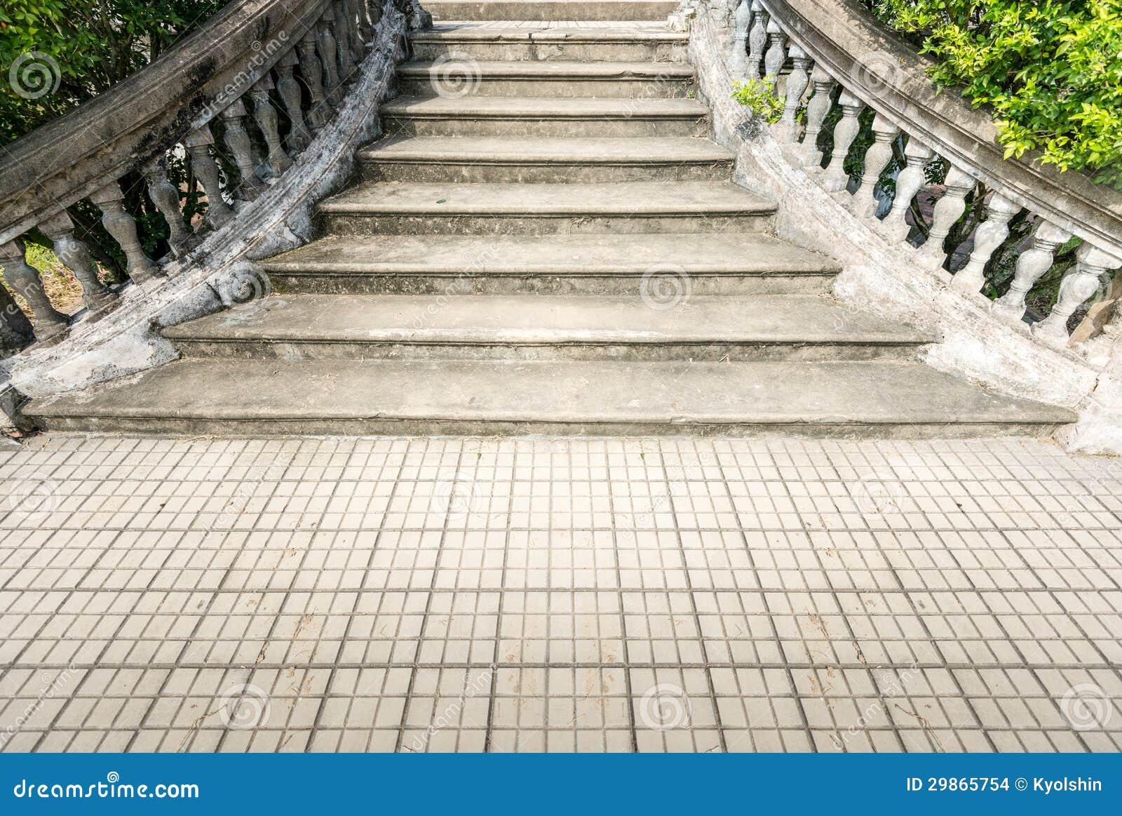 Gammal grungy stentrappa som är utomhus  i sommar. arkivbilder ...