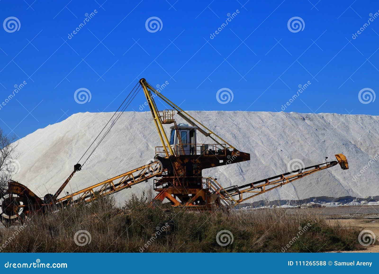 Gammal maskin för utdragning av havet som är salt i en saltdam i Camarguen