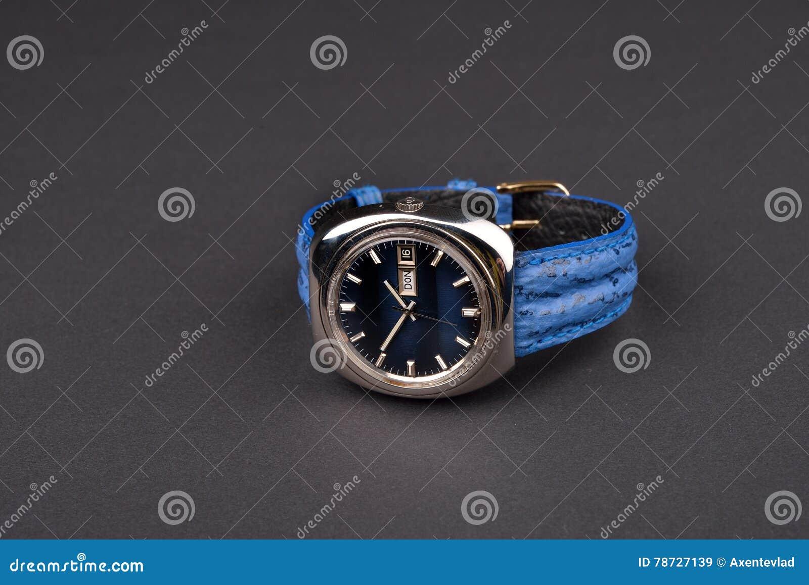 Gammal men& x27; klassisk klocka för s med blåttremmen på svart bakgrund