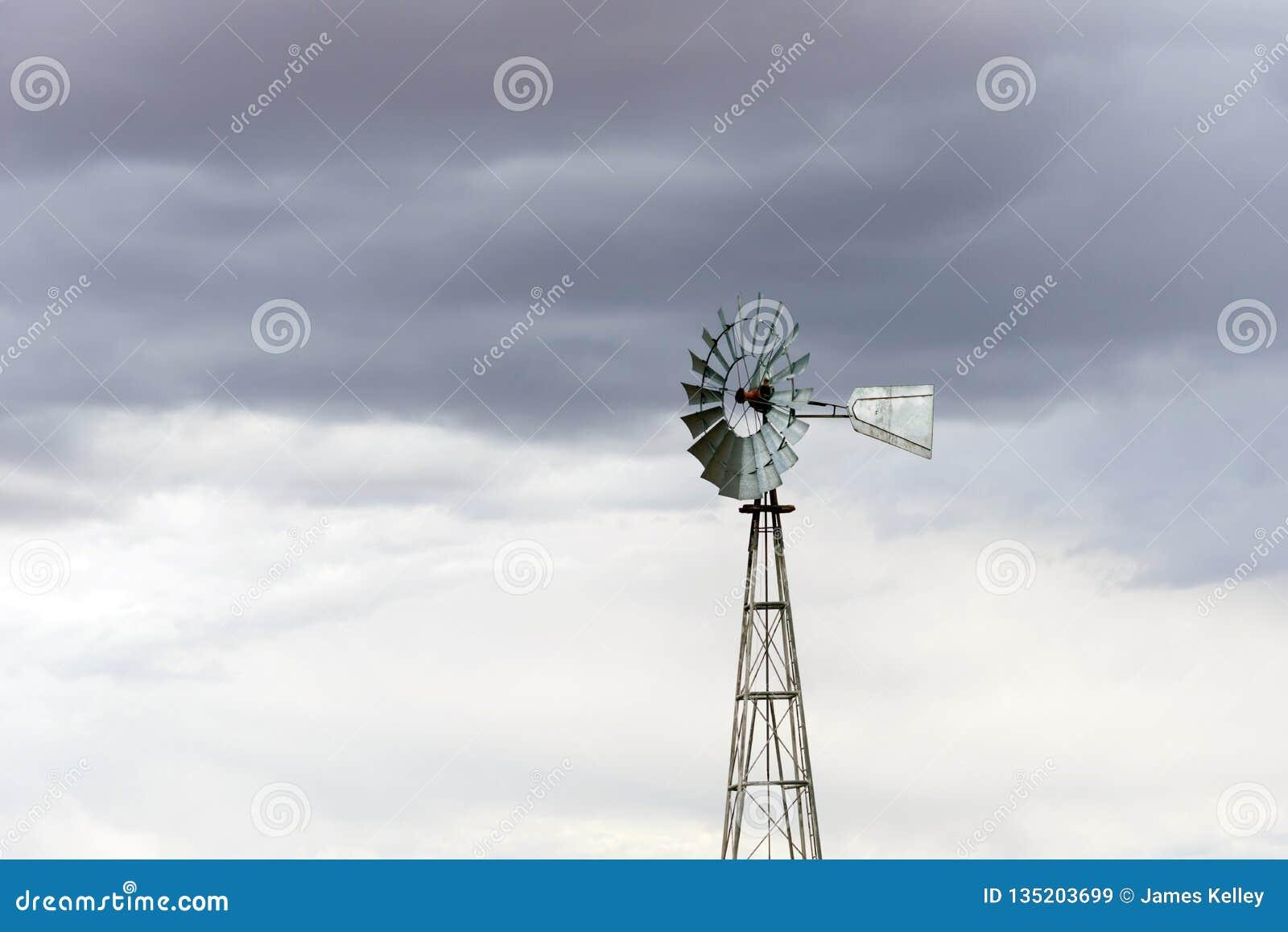 Gammal metallväderkvarn för tappning i Arizona