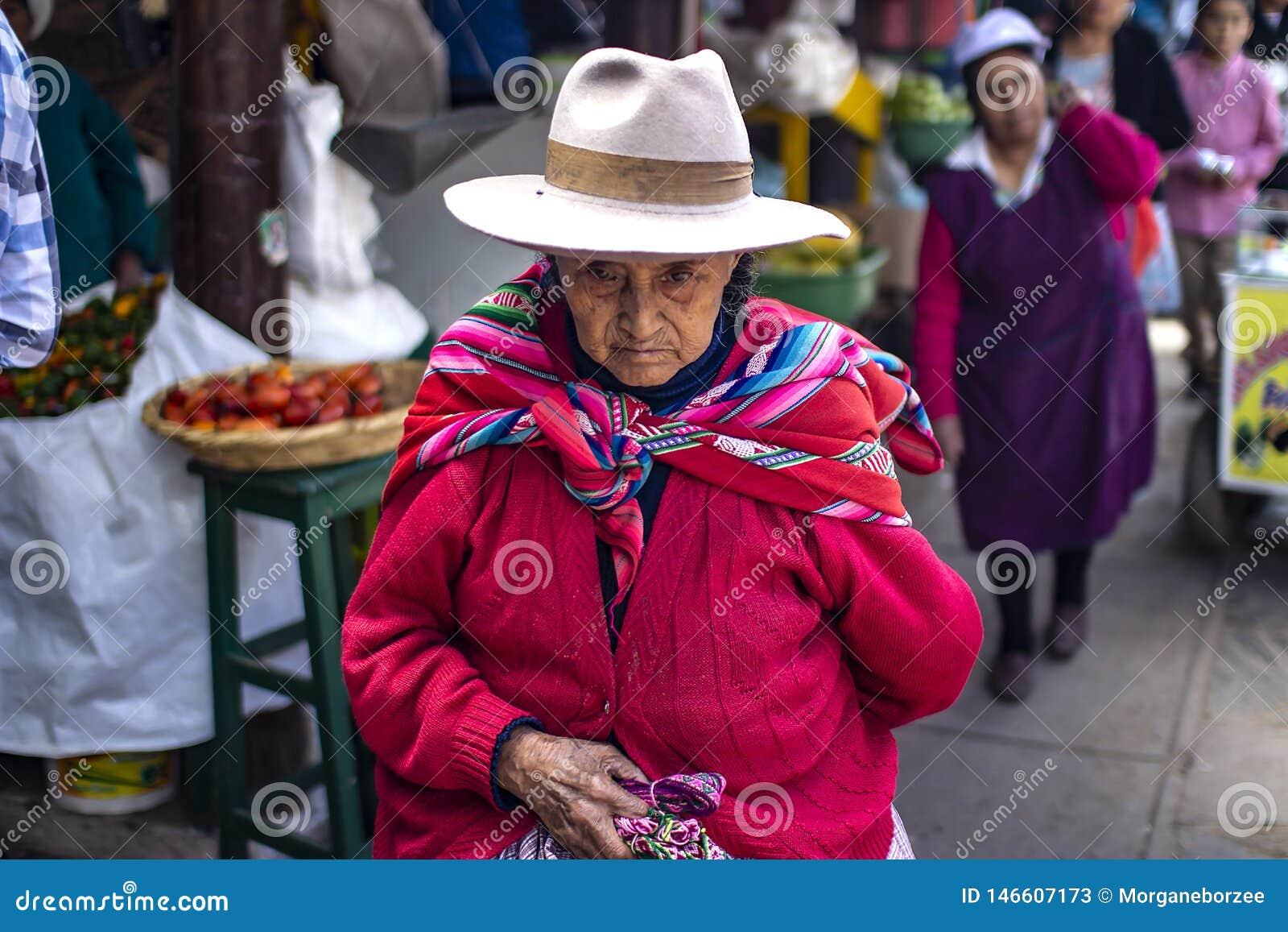 Gammal peruansk kvinna med den rynkiga framsidan och fattiga kläder