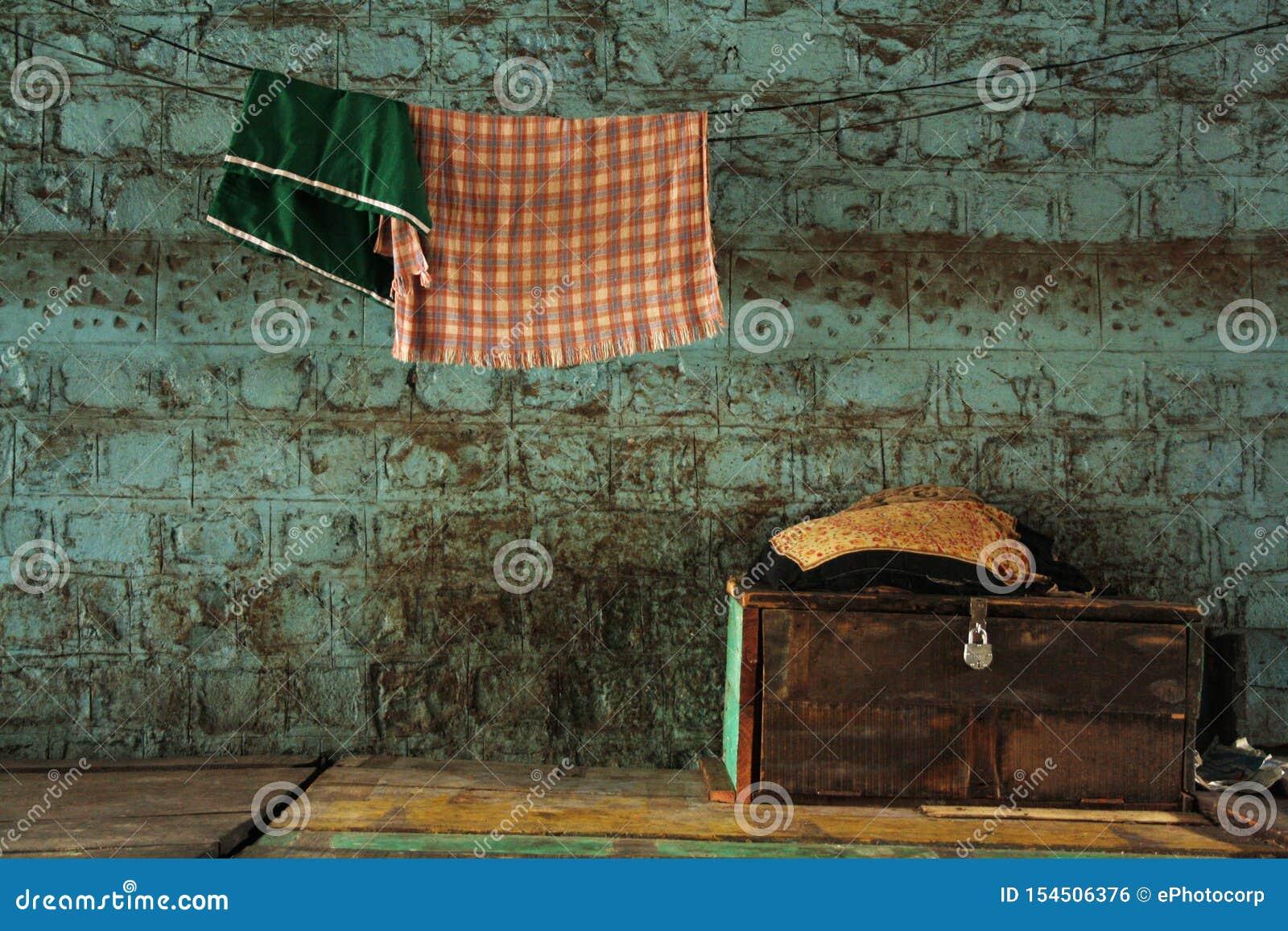 Gammal resväska och hängande handdukar, Pune, Indien
