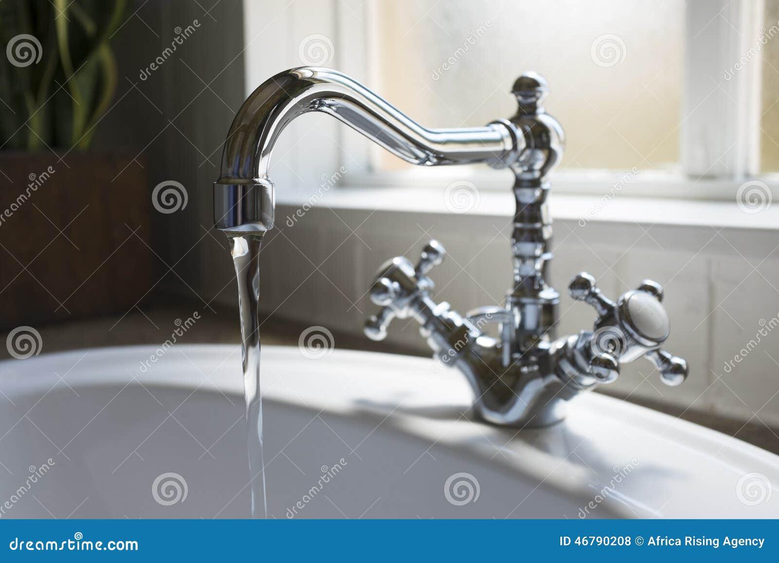 Gammal retro handfat för vattenklapp i modernt badrum arkivfoto ...