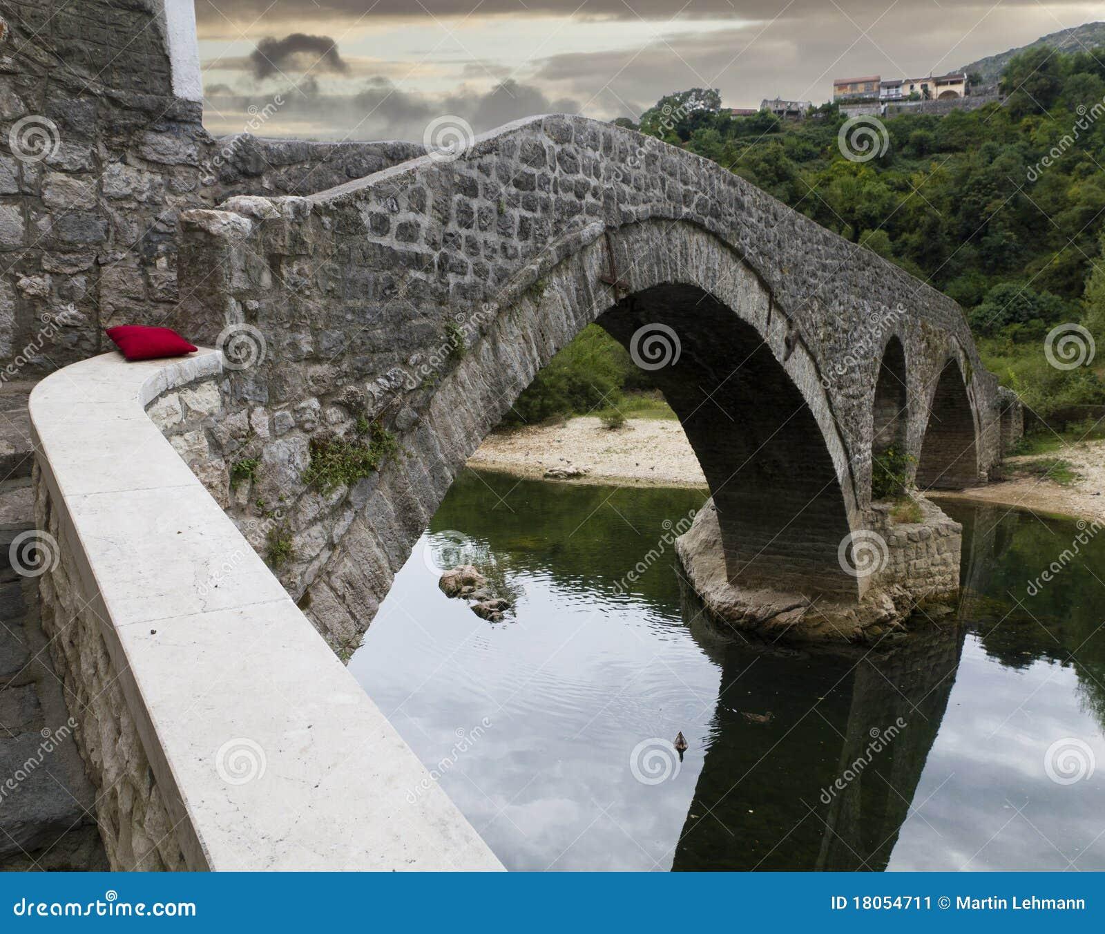 Gammal rijeka för bro by