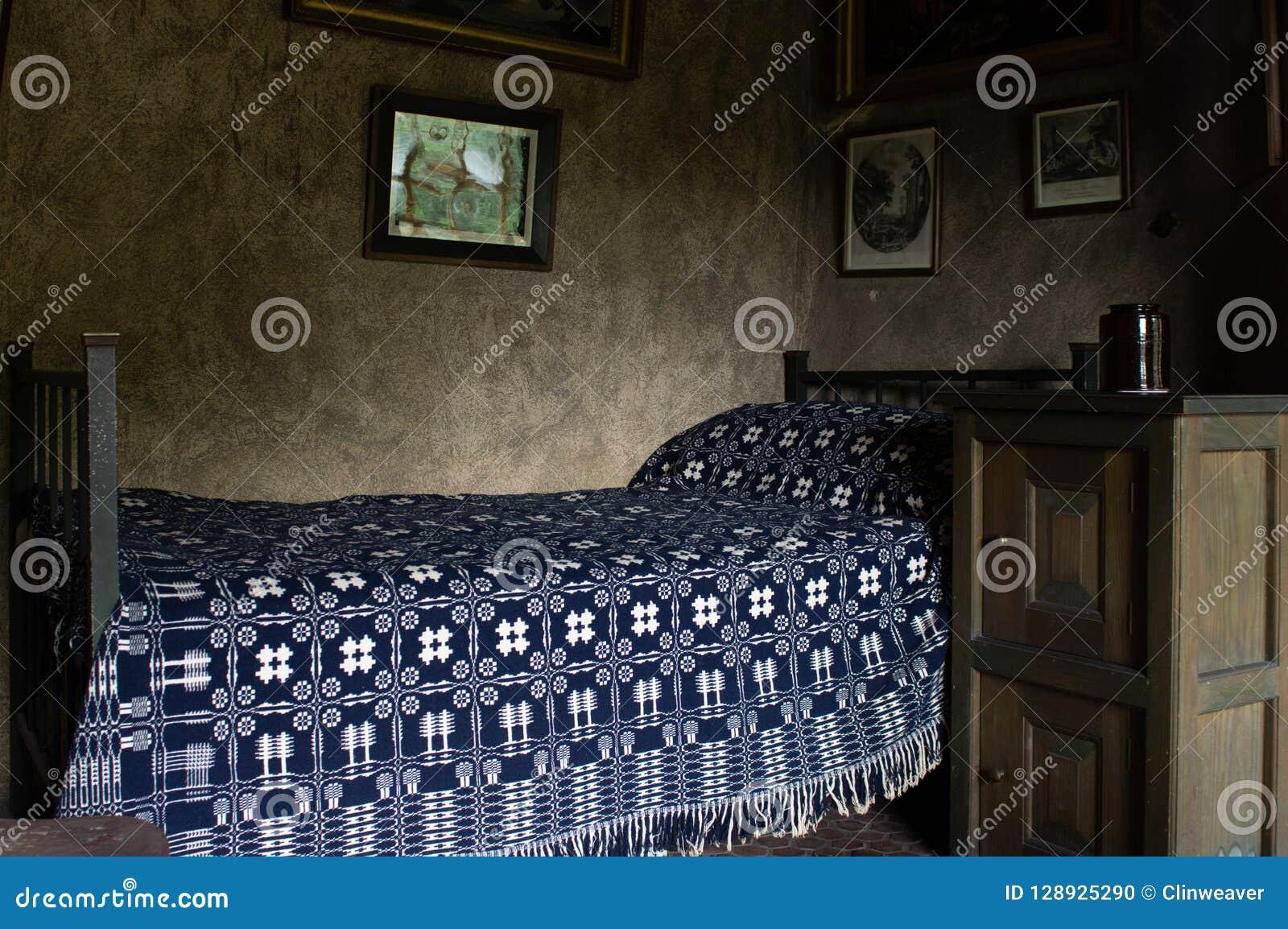 Gammal säng i sovrum