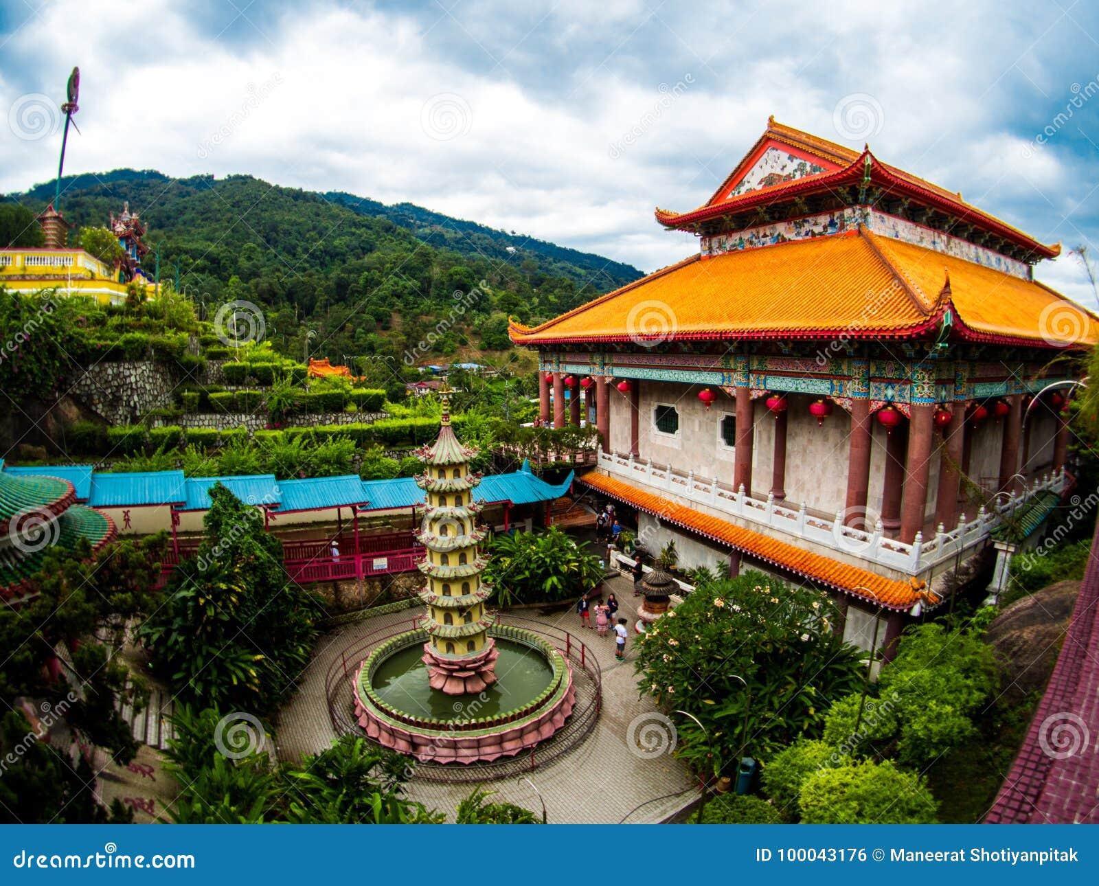 Gammal sakral buddist Kek Lok Si Temple för härligt landskap i Penan