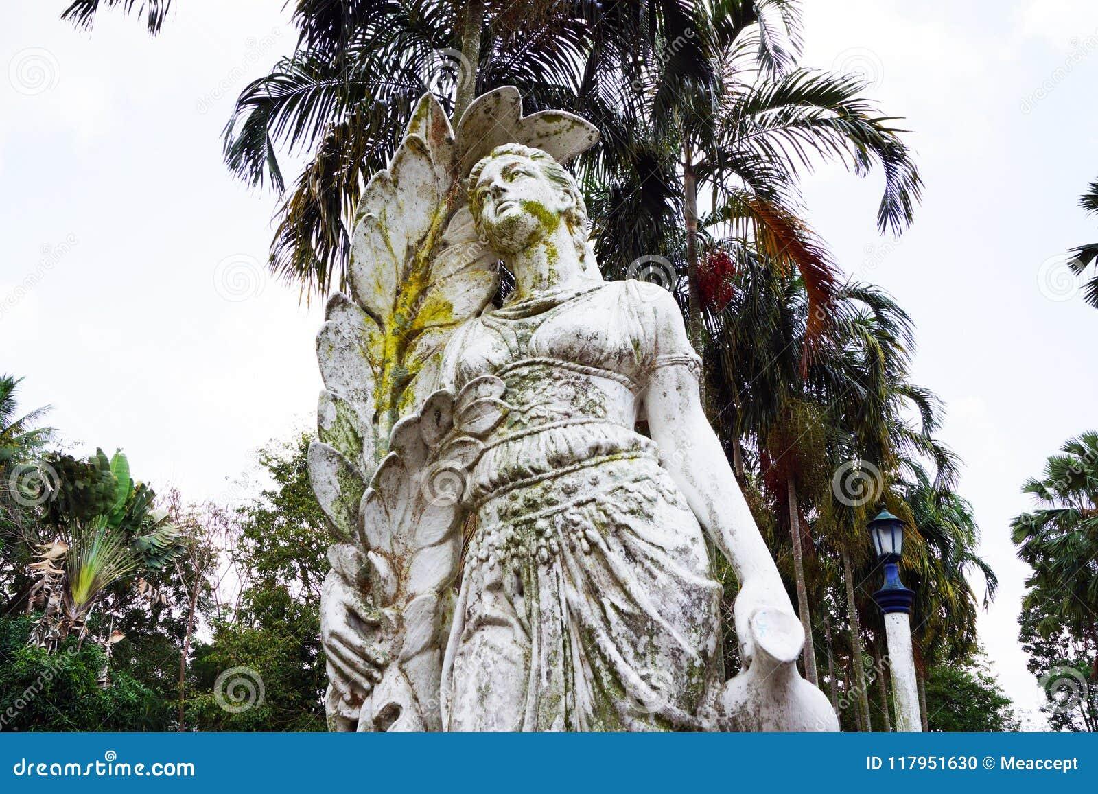 Gammal skulptur av en funktionsduglig bondaktig kvinna