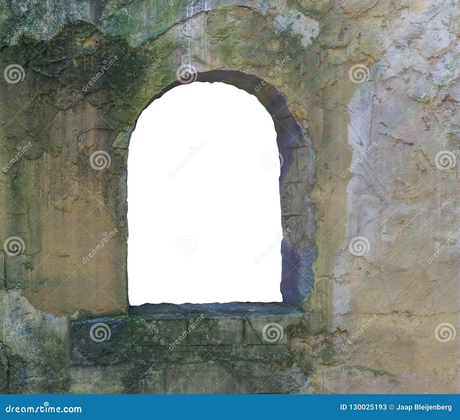 Gammal smutsig stenvägg med en ram för öppet fönster som ut klipps och isoleras på vit medeltida bakgrundstextur