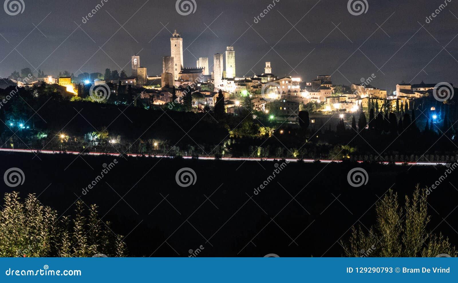 Gammal stad för horisont av San Gimignano på nattetid