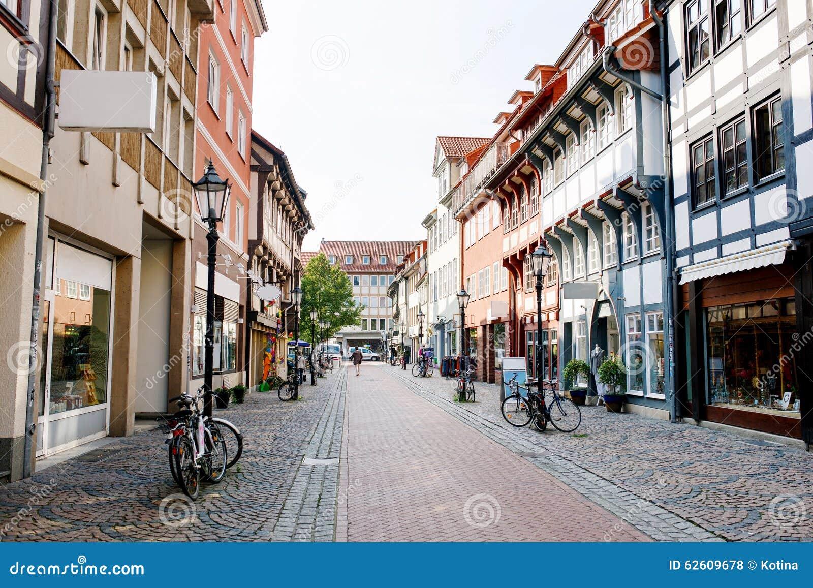 Gammal stadgata i Goettingen, lägre Sachsen, Tyskland Talrikt shoppar