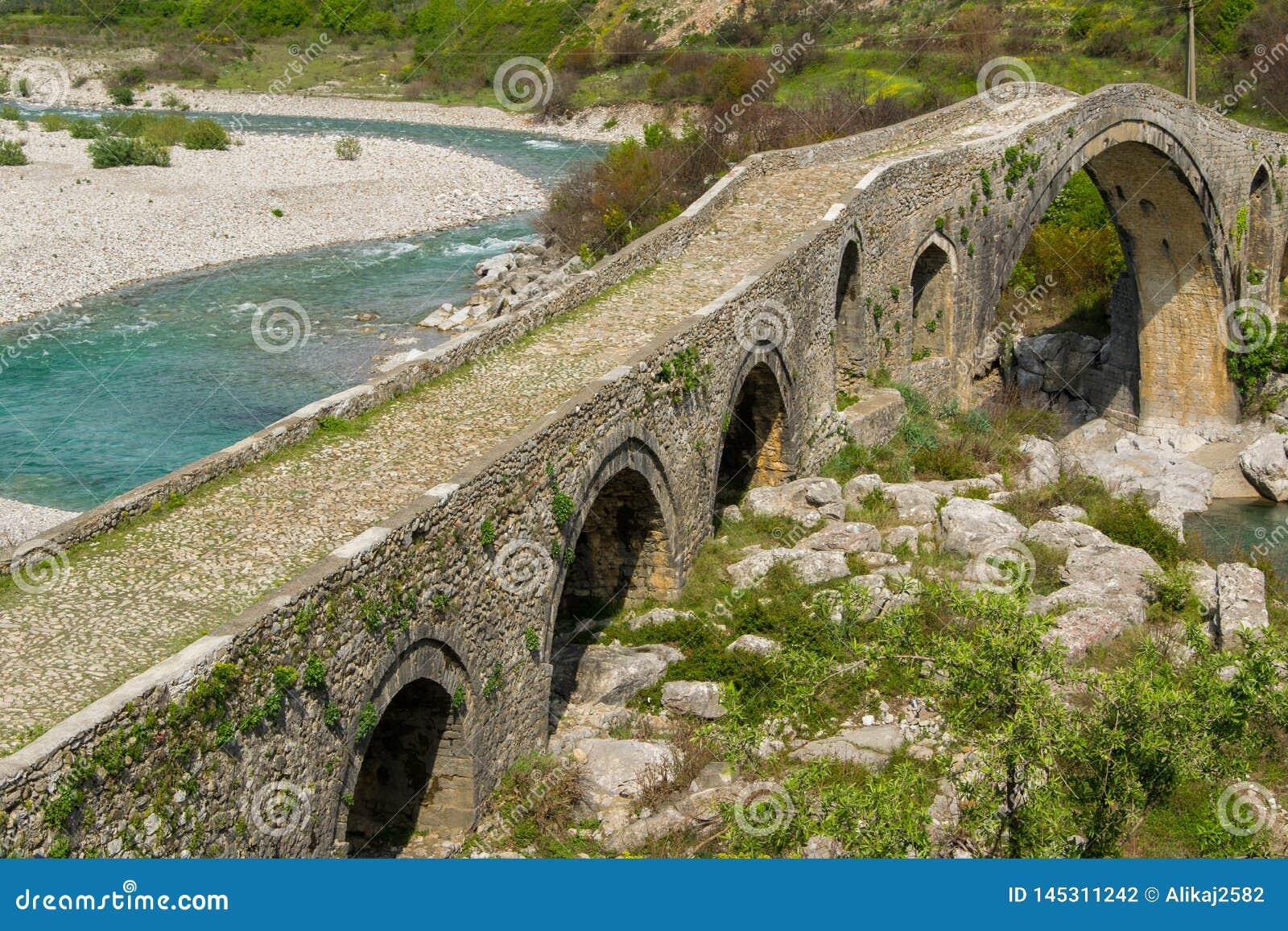 Gammal stenbro ?ver floden Albanien Scutari
