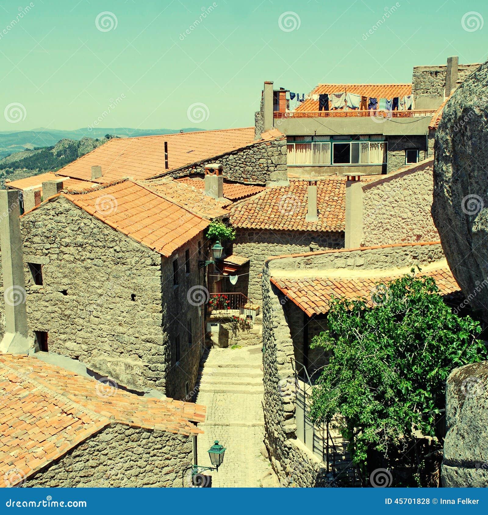 Gammal stenby med tak för röd tegelplatta (Portugal)