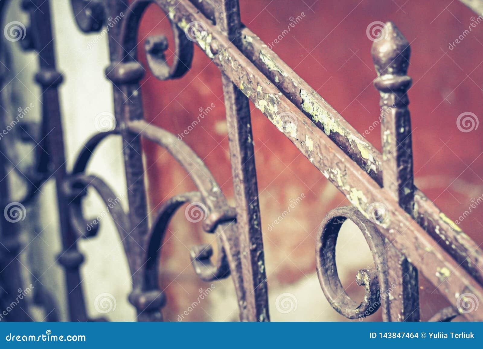 Gammal tappningräcke med rost på trappan i huset Falska räckemoment i huset