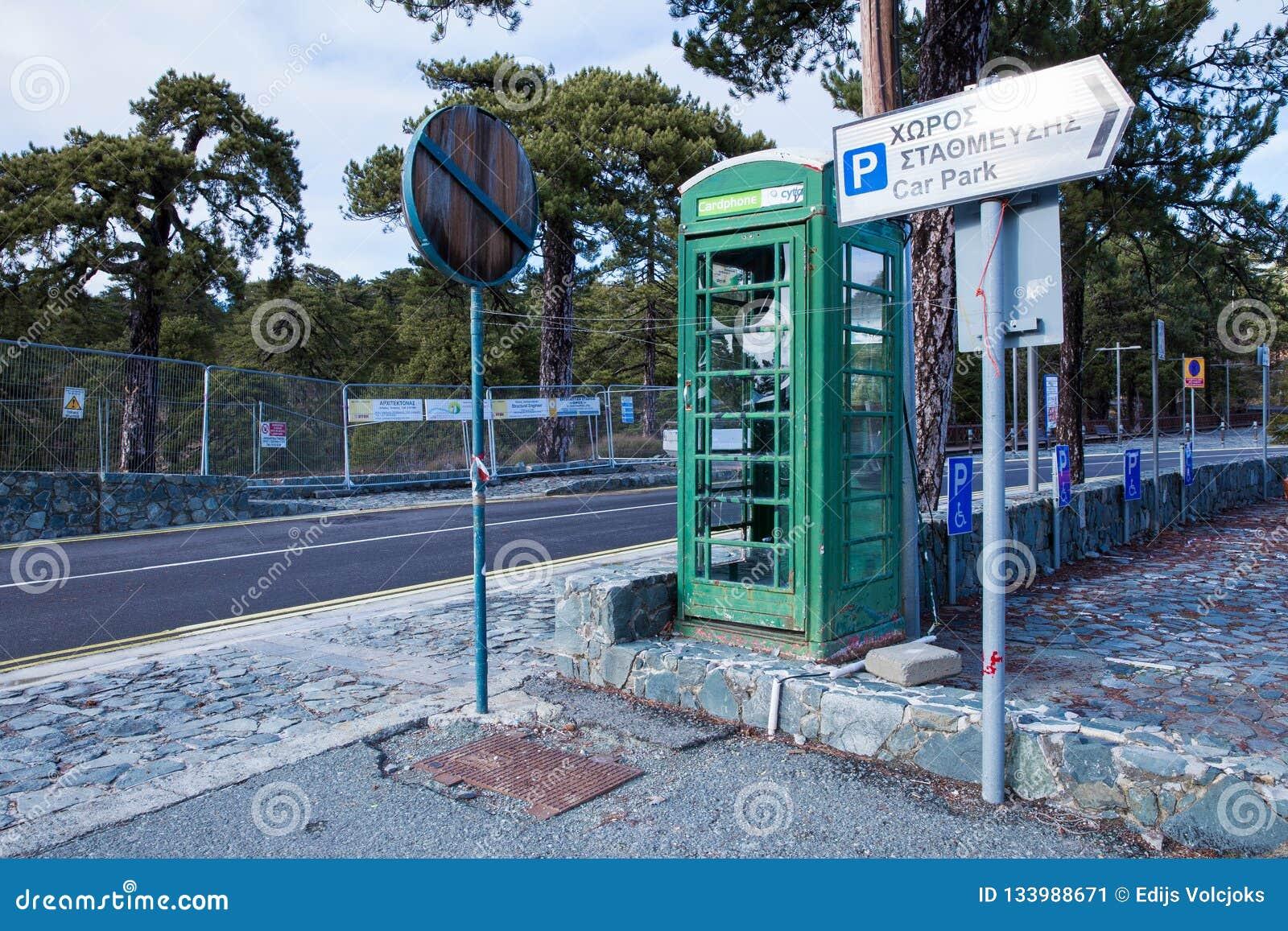 Gammal telefonkoja på gatan Urban beskådar Loppfoto 2018, dece