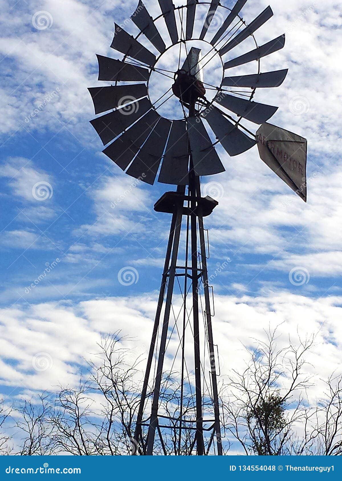Gammal Texas väderkvarn som står fortfarande högväxt