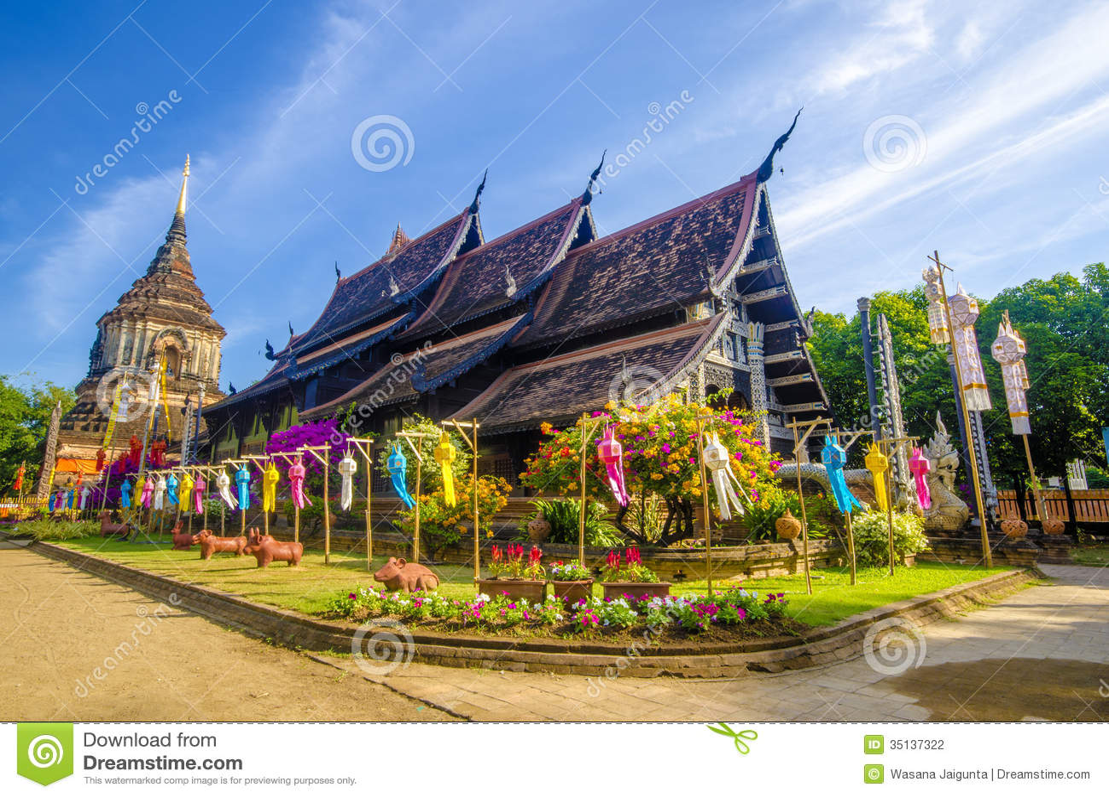 Gammal träkyrka av Wat Lok Molee Chiangmai Thailand