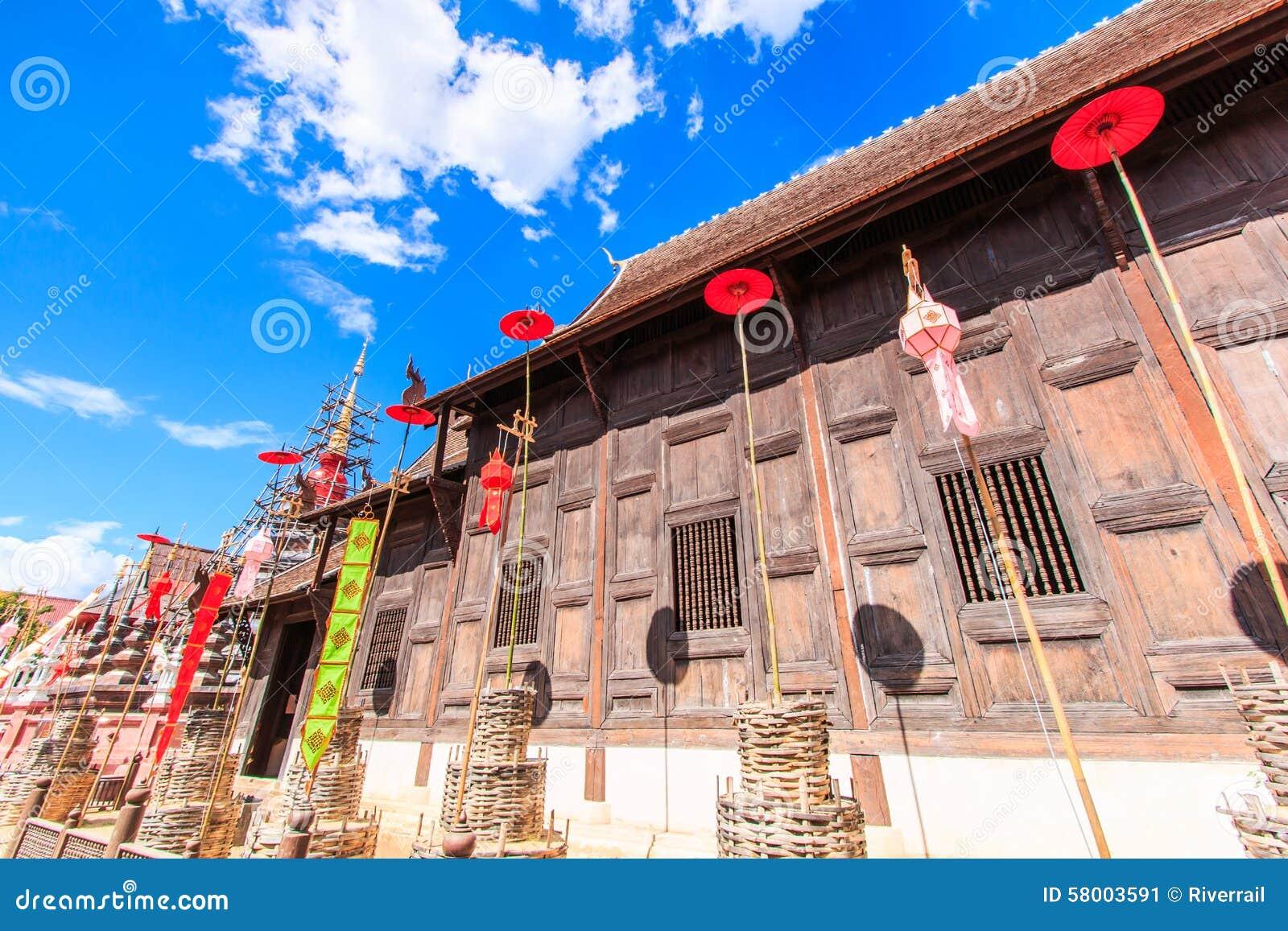 Gammal träkyrka på Wat Phan Tao, Thailand