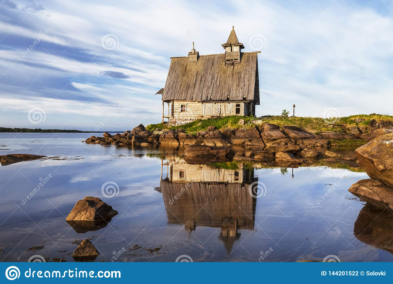 Gammal träkyrka som byggs för filmandet av 'ön 'i det vita havet, Rabocheostrovsk, Karelia,