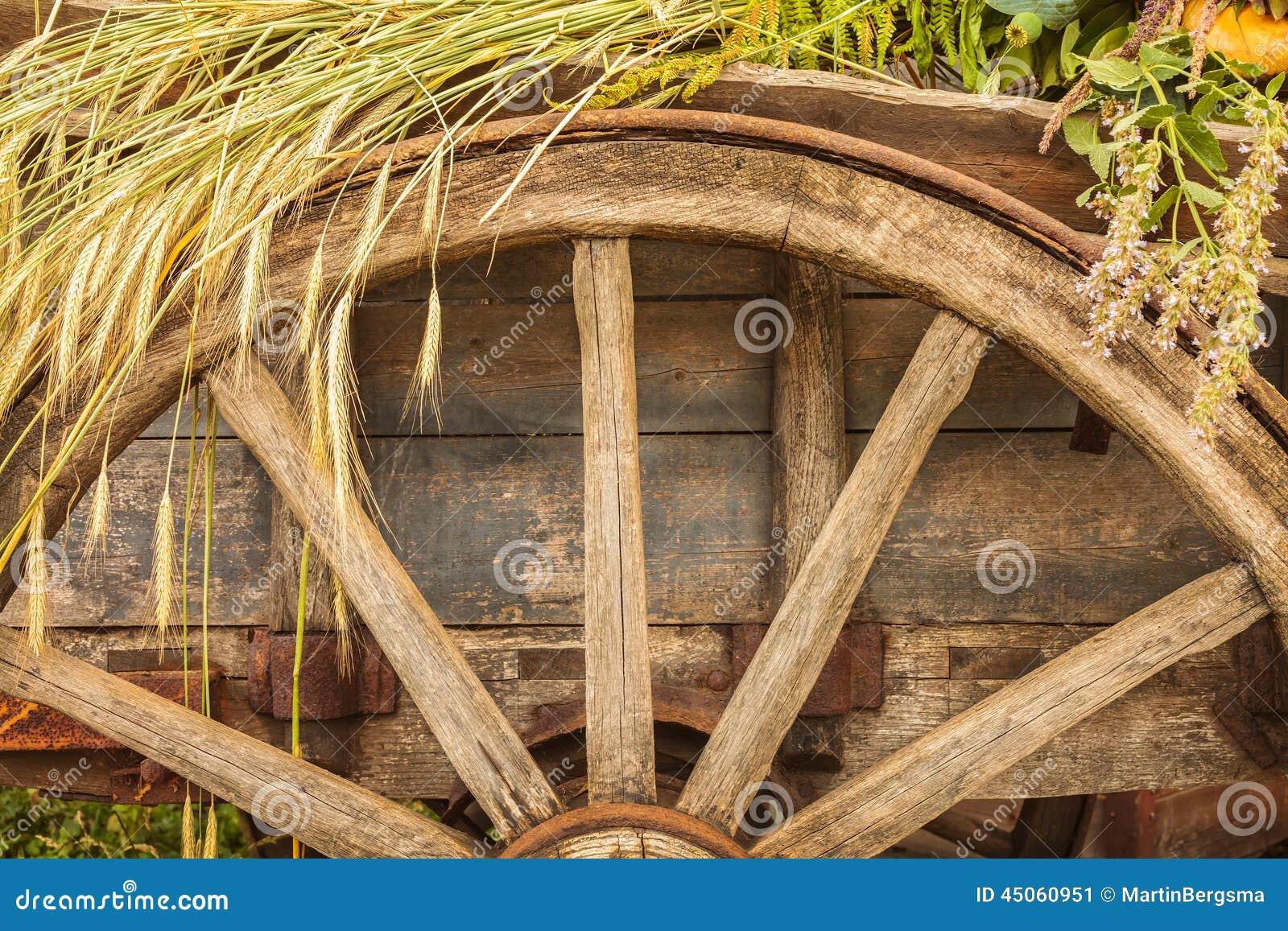 Gammal trävagn som laddas med den nya sädes- skörden