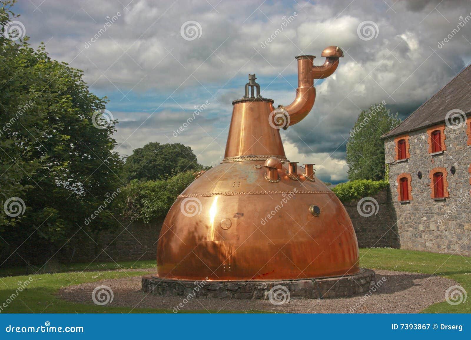 Gammal utomhus- whiskey för stor kopparspritfabrik