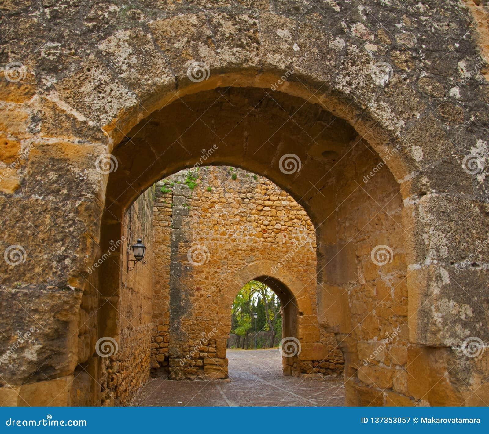 Gammal välvd passage i den forntida slotten