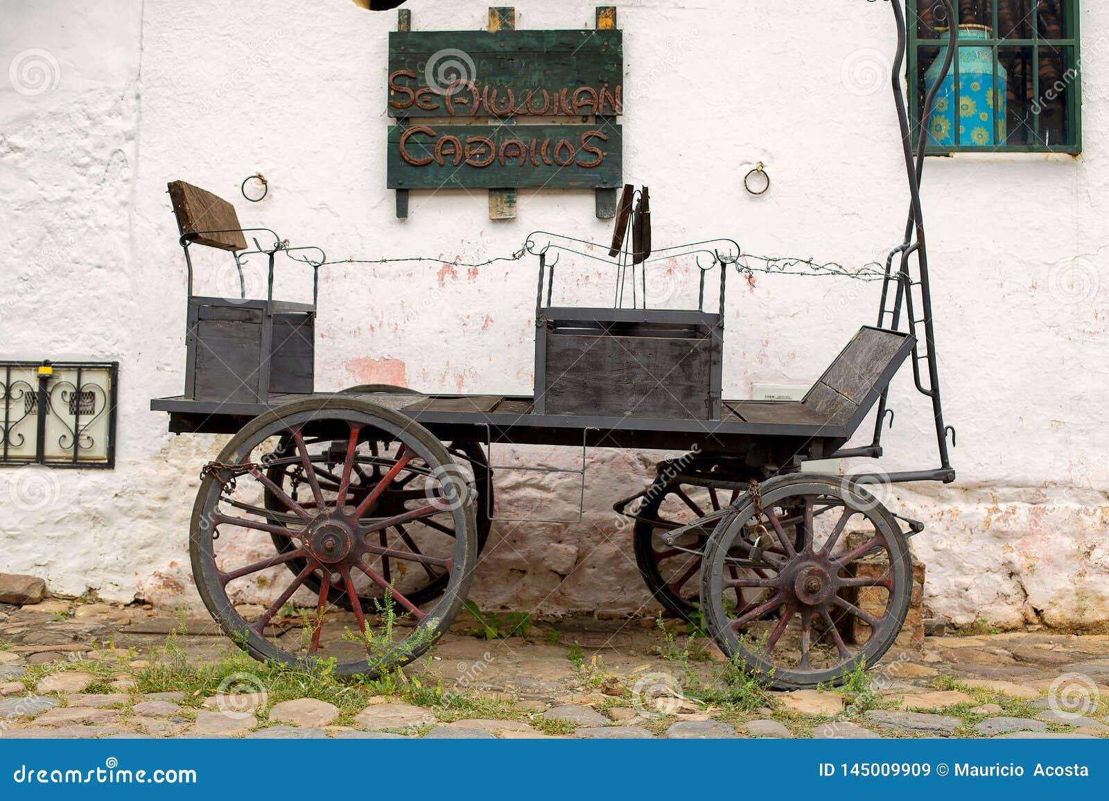 Gammal vagn som parkeras på en gammal sten stenlagd gata