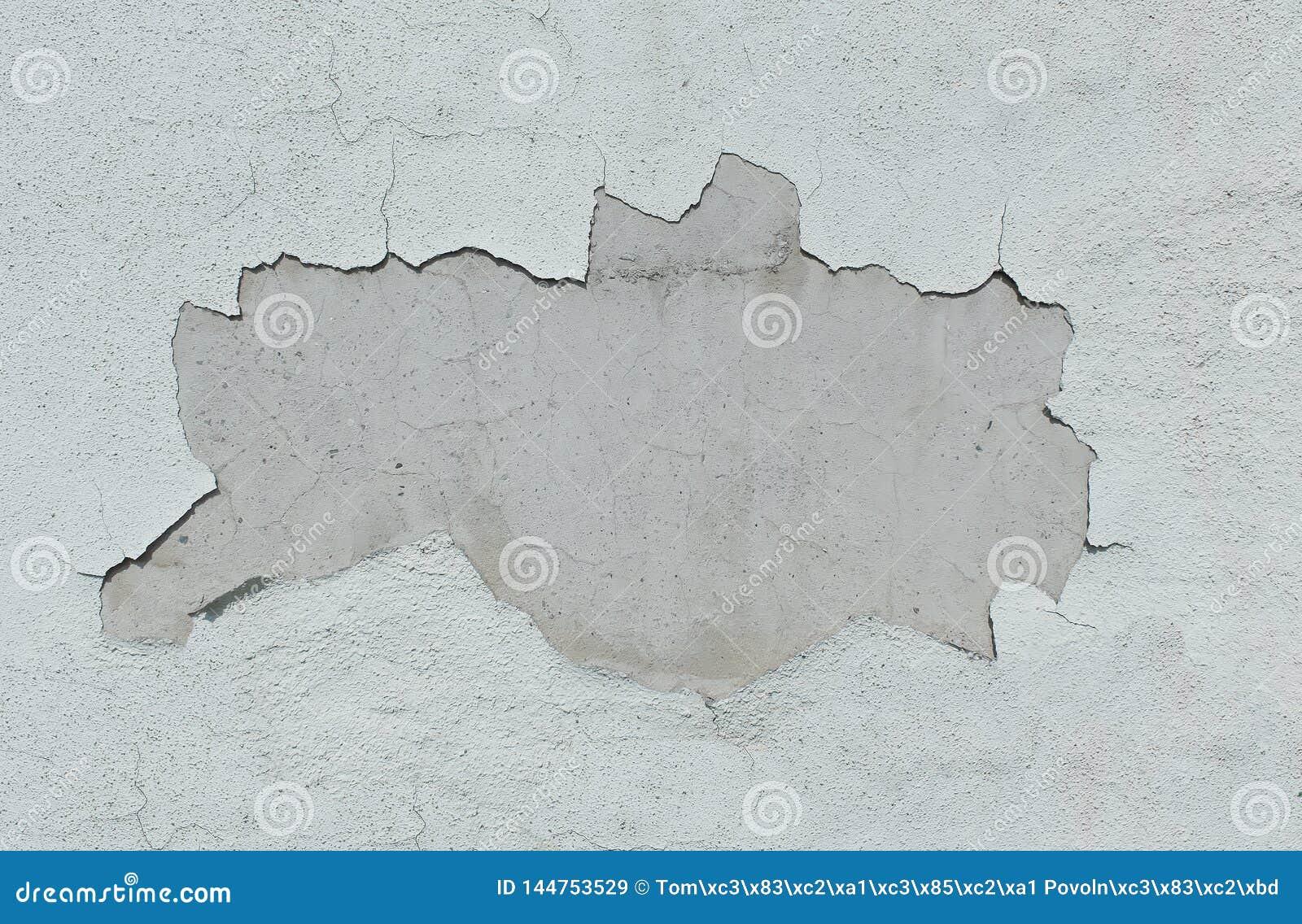 Gammal vit vägg med stupat av murbruk