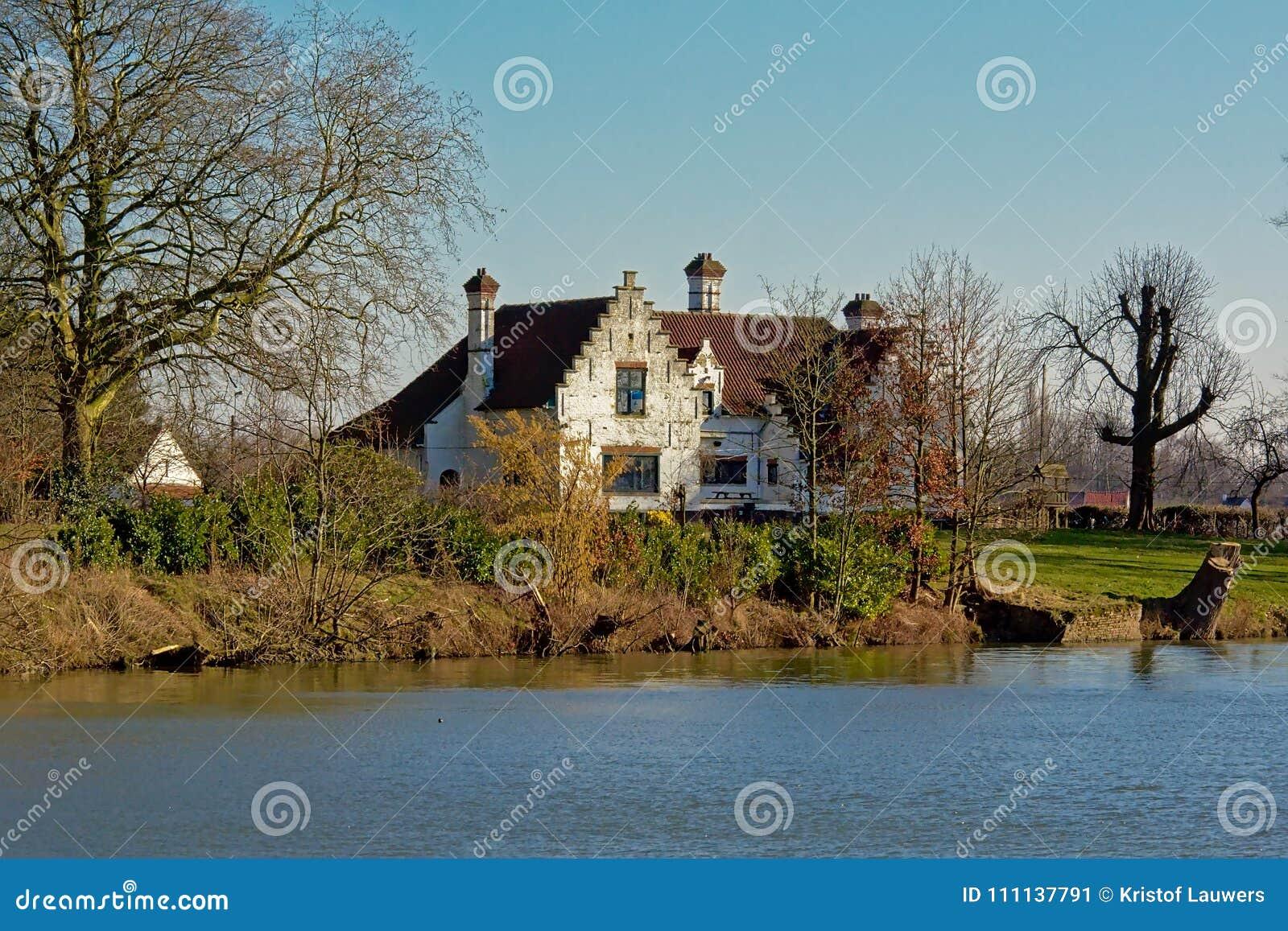 Gammal vit villa längs floden Lys i Flanders, Belgien