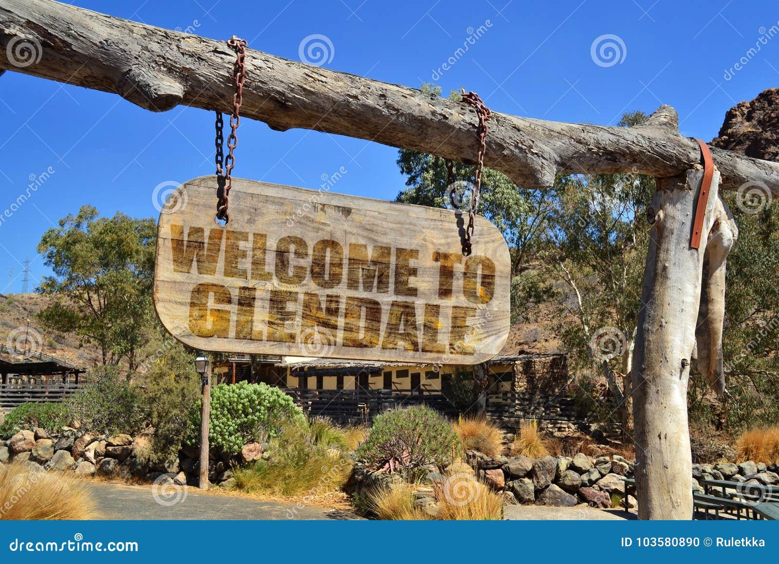 Gammal wood skylt med textvälkomnande till Glendale hänga på en filial