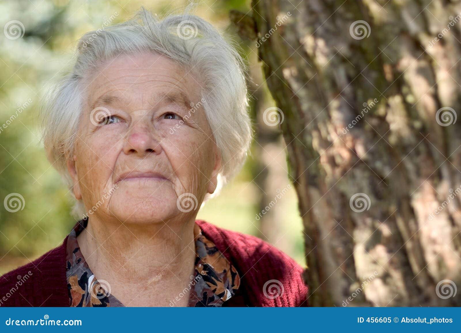 Gammalare parkkvinna
