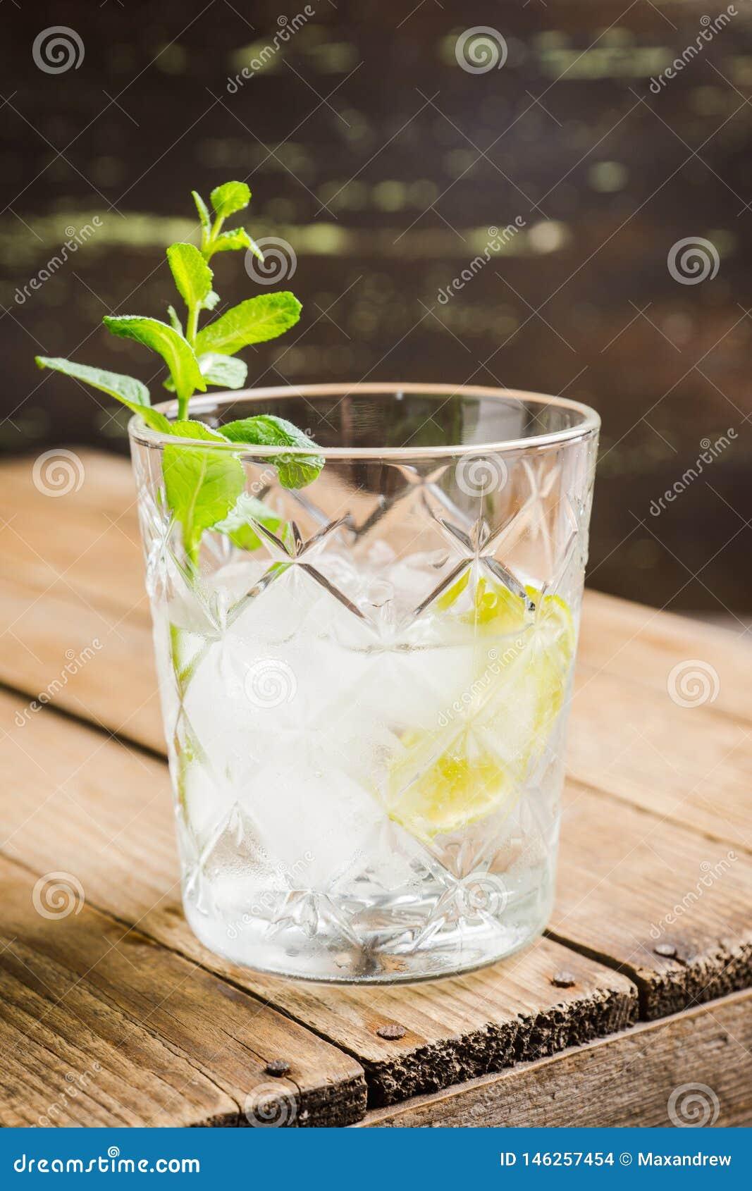 Gammalmodig dryck med limefrukt- och mintkaramellsidor
