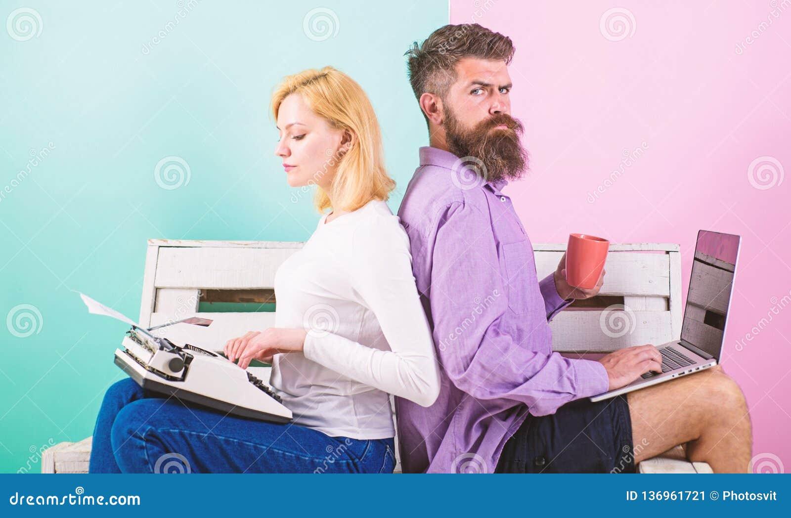 Gammalmodigt mot modernt, omodernt mot nytt Fungerar den moderna stilfulla bärbara datorn och kvinnan för manarbetsbruk den retro