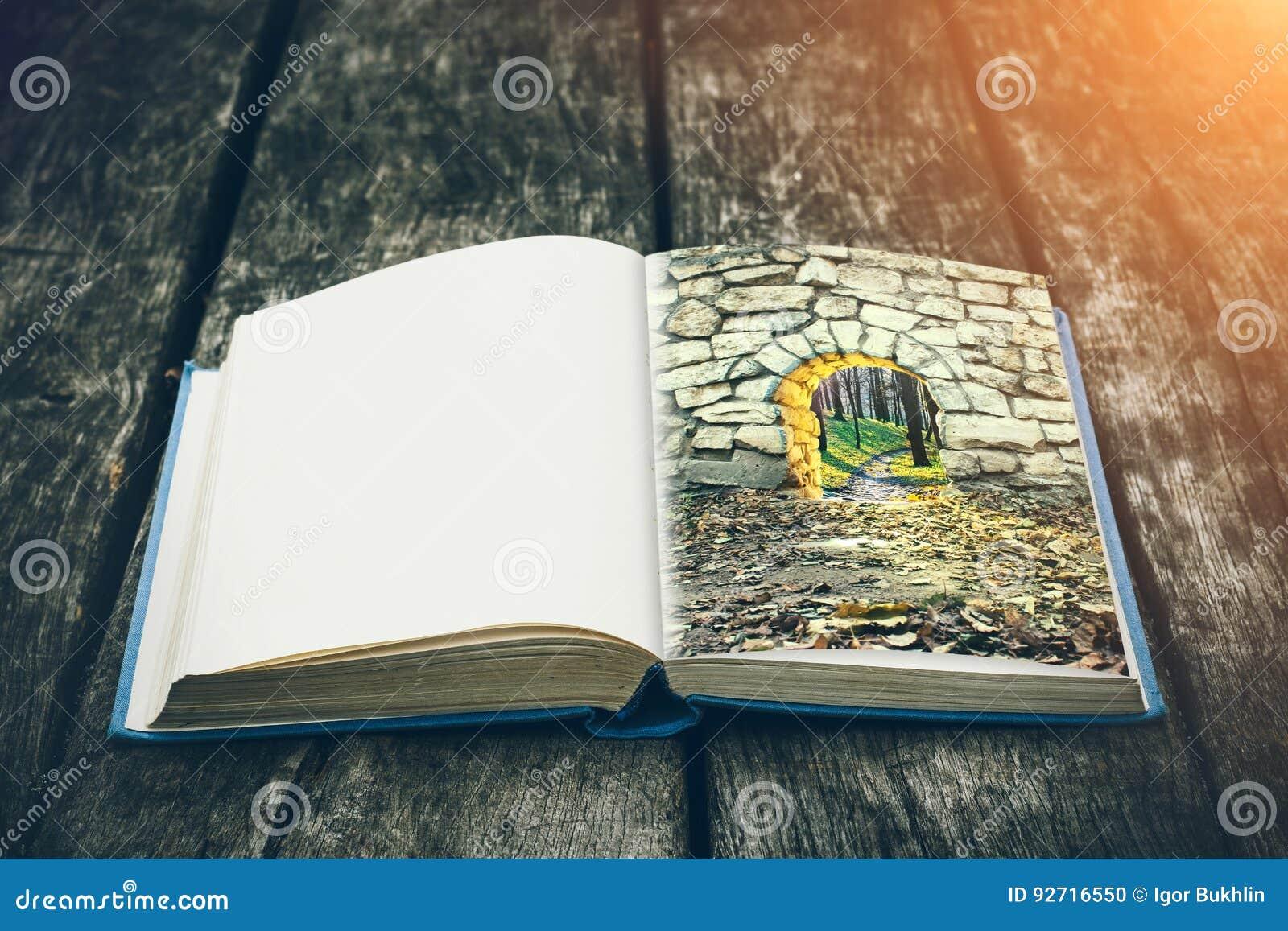 Gammalt öppna boken på en trätabell Tappningsammansättning forntida arkiv Antik litteratur Medeltida och mystisk bakgrund