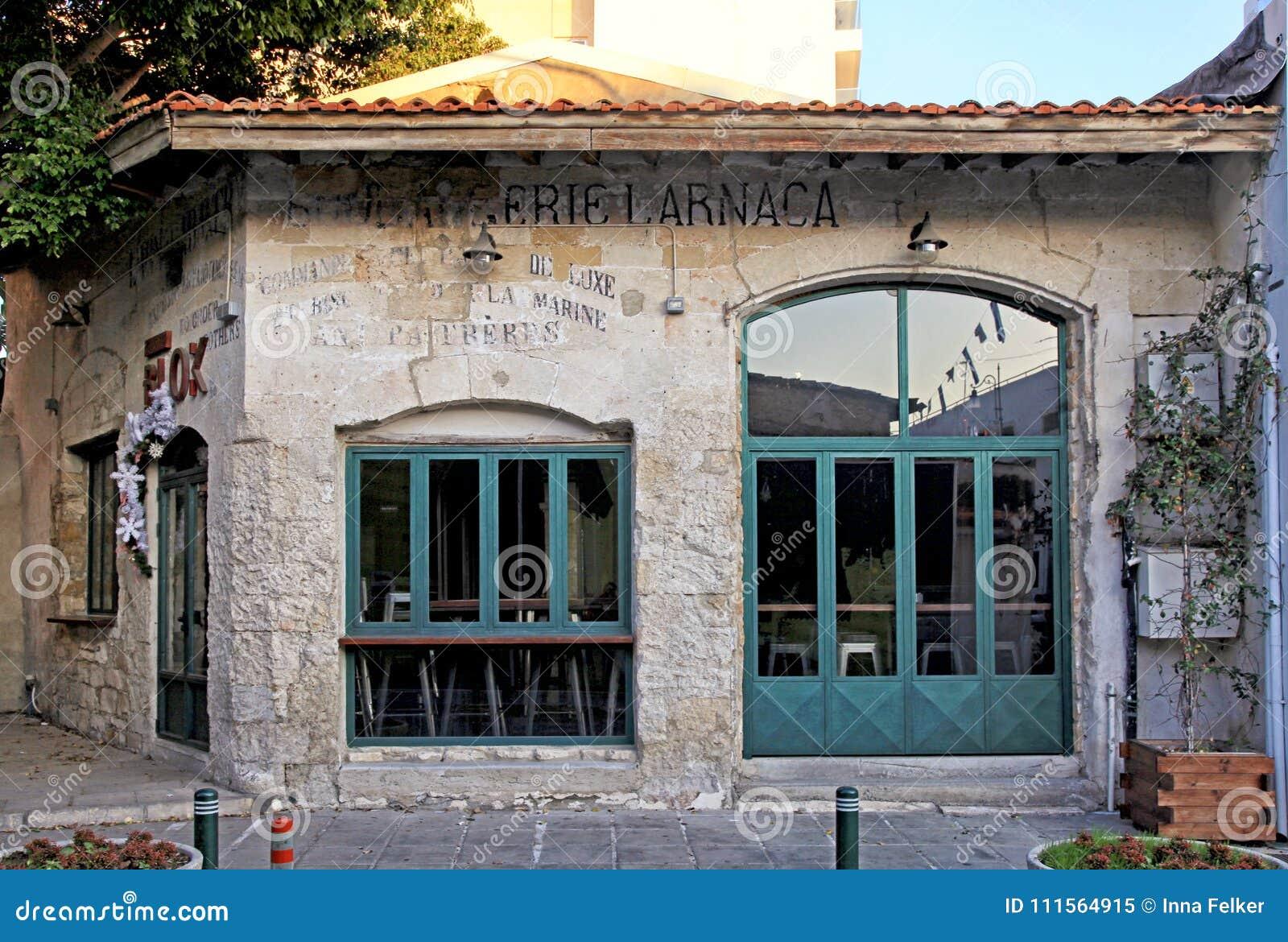 Gammalt övergett hus i centret i Larnaca, Cypern