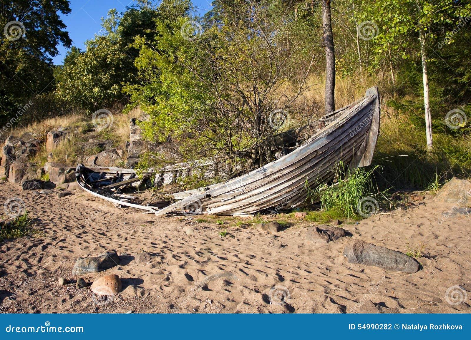 Gammalt brutet fartyg på kusten