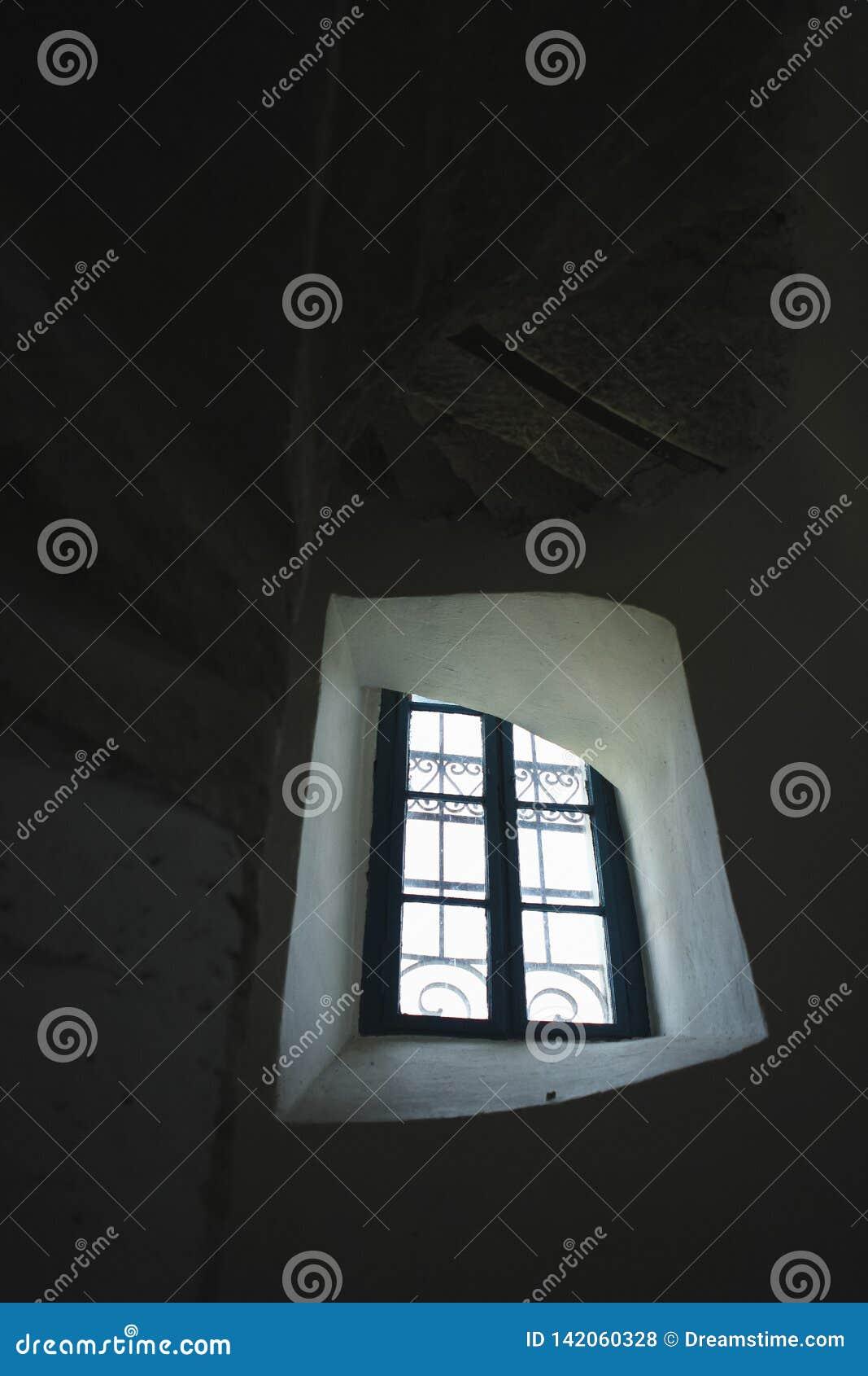 Gammalt fönster med trappa