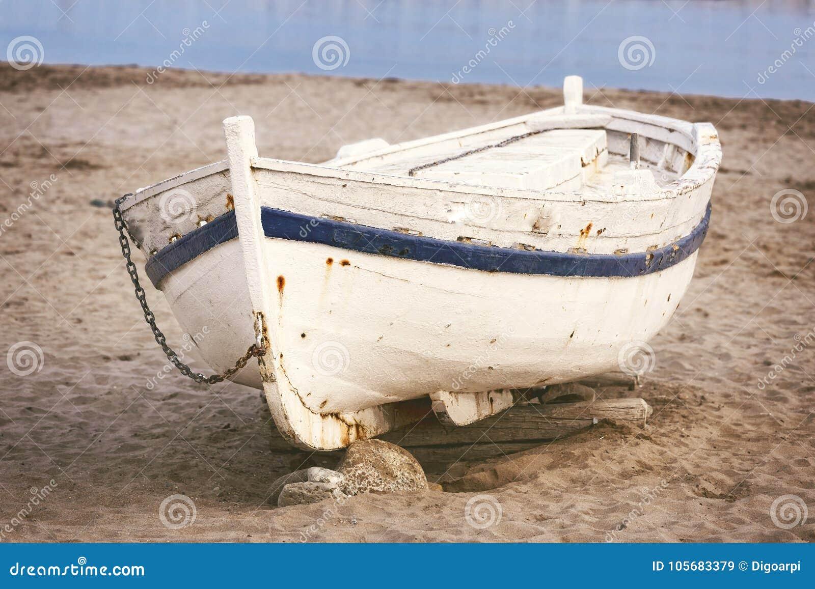 Gammalt fartyg på sanden