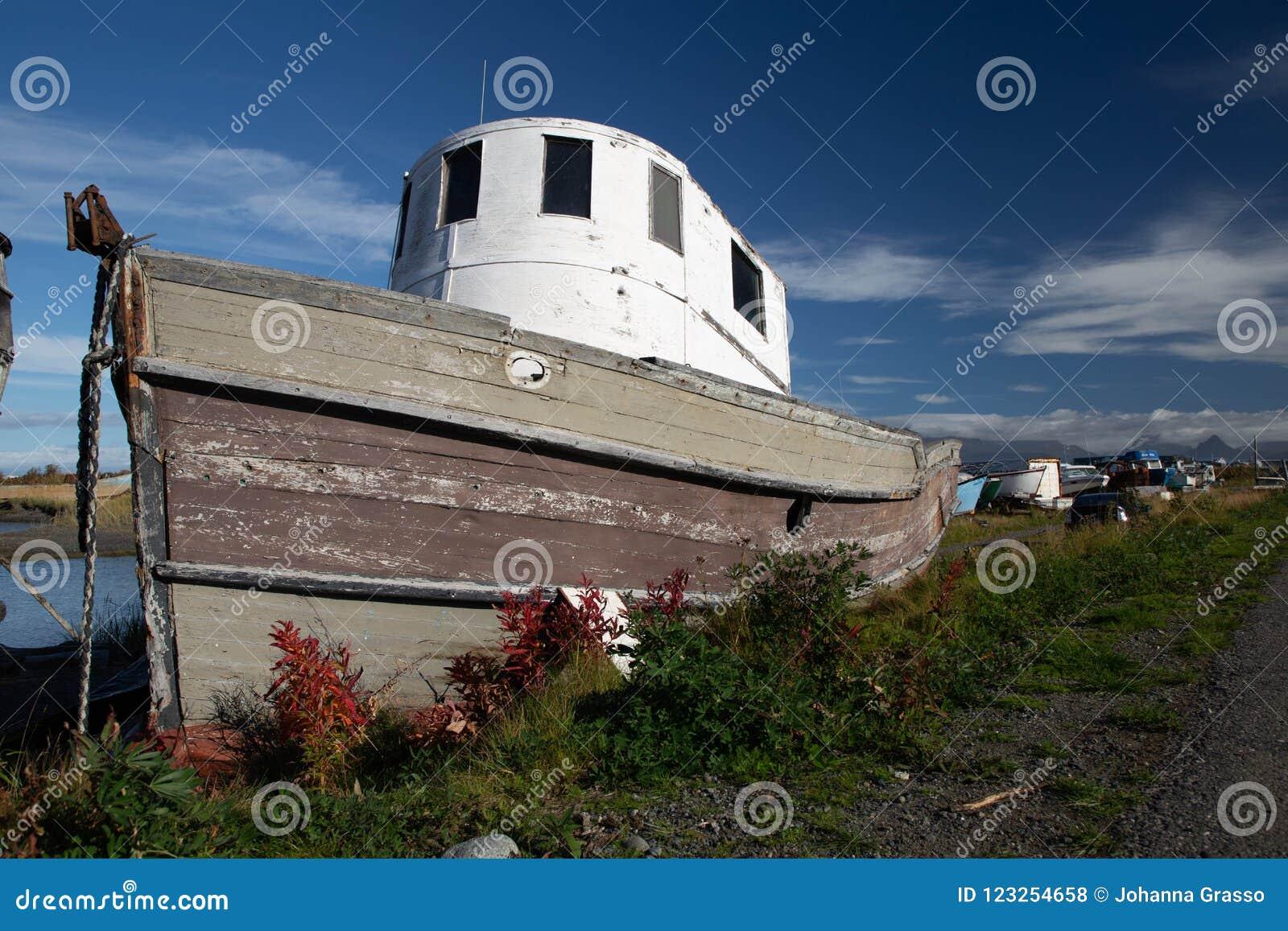 Gammalt fartyg på sommardag i Homer, Alaska