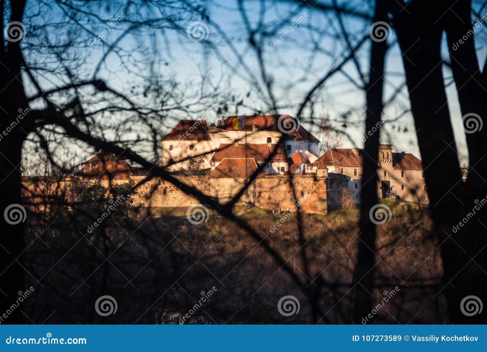Gammalt fort i staden av Brasov till och med höstskogen