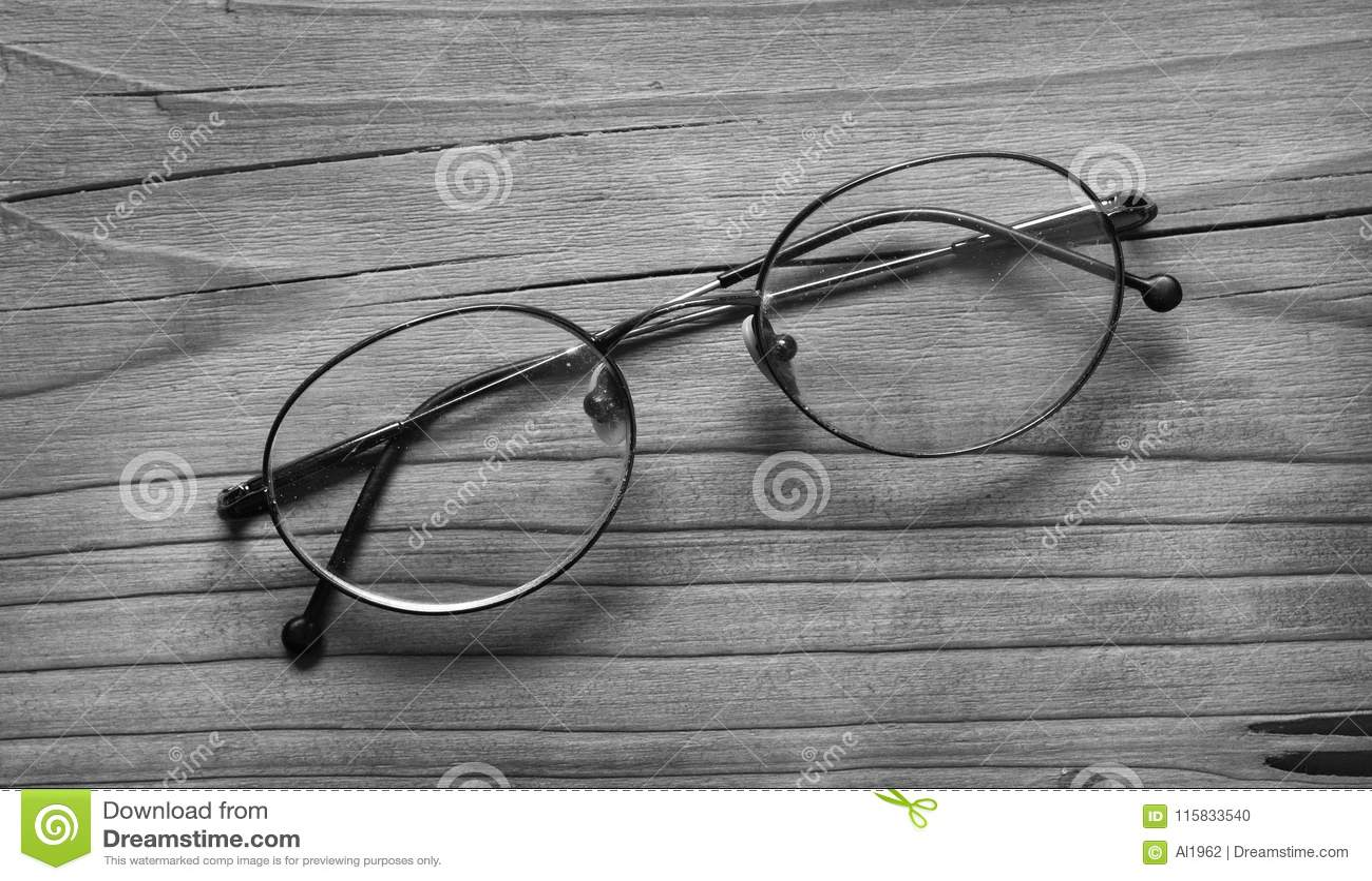 Gammalt glasögon på den svartvita trätabellen -