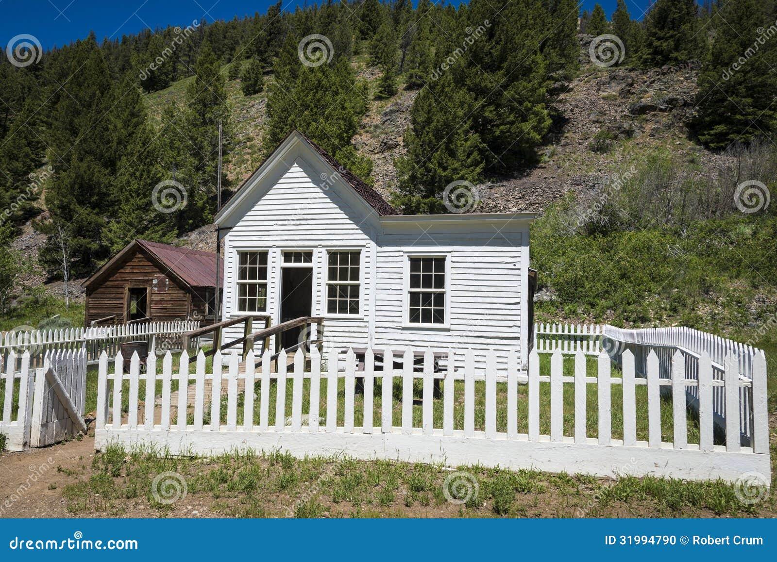 Gammalt hus med det vita posteringstaketet i Custer, Idaho
