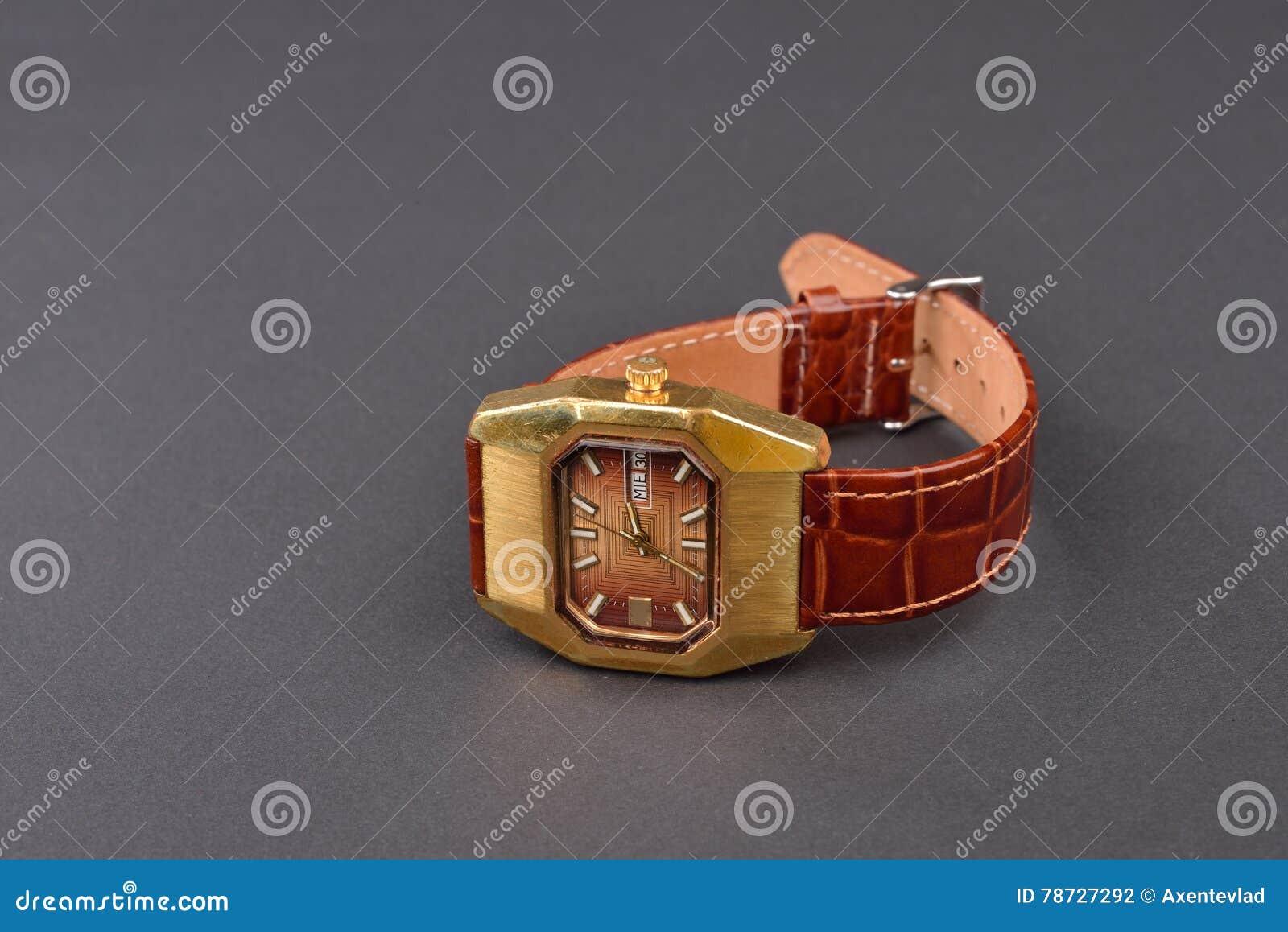 Gammalt klassiskt armbandsur för kvinna med den bruna remmen på svart
